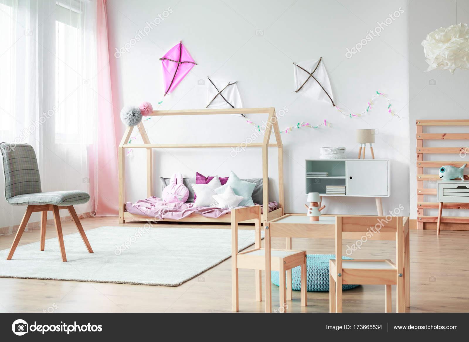 Houten Slaapkamer Meubels : Girl s slaapkamer met houten meubels u stockfoto photographee eu