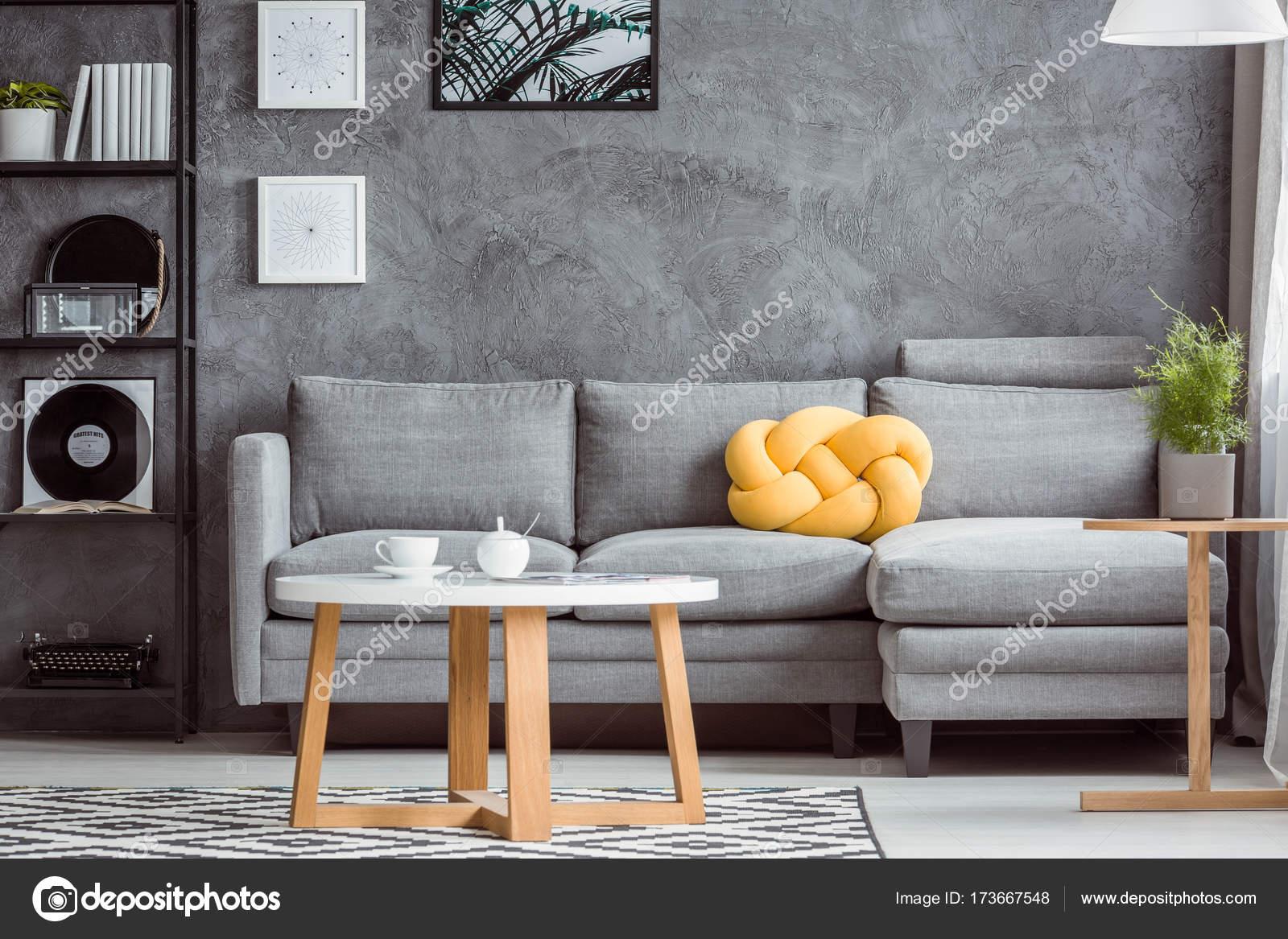 Nahaufnahme Foto, Moderne Design Des Grauen Wohnzimmer Interieur Mit  Einfachen Sofa Und Gelben Akzent U2014 Foto Von Photographee.eu