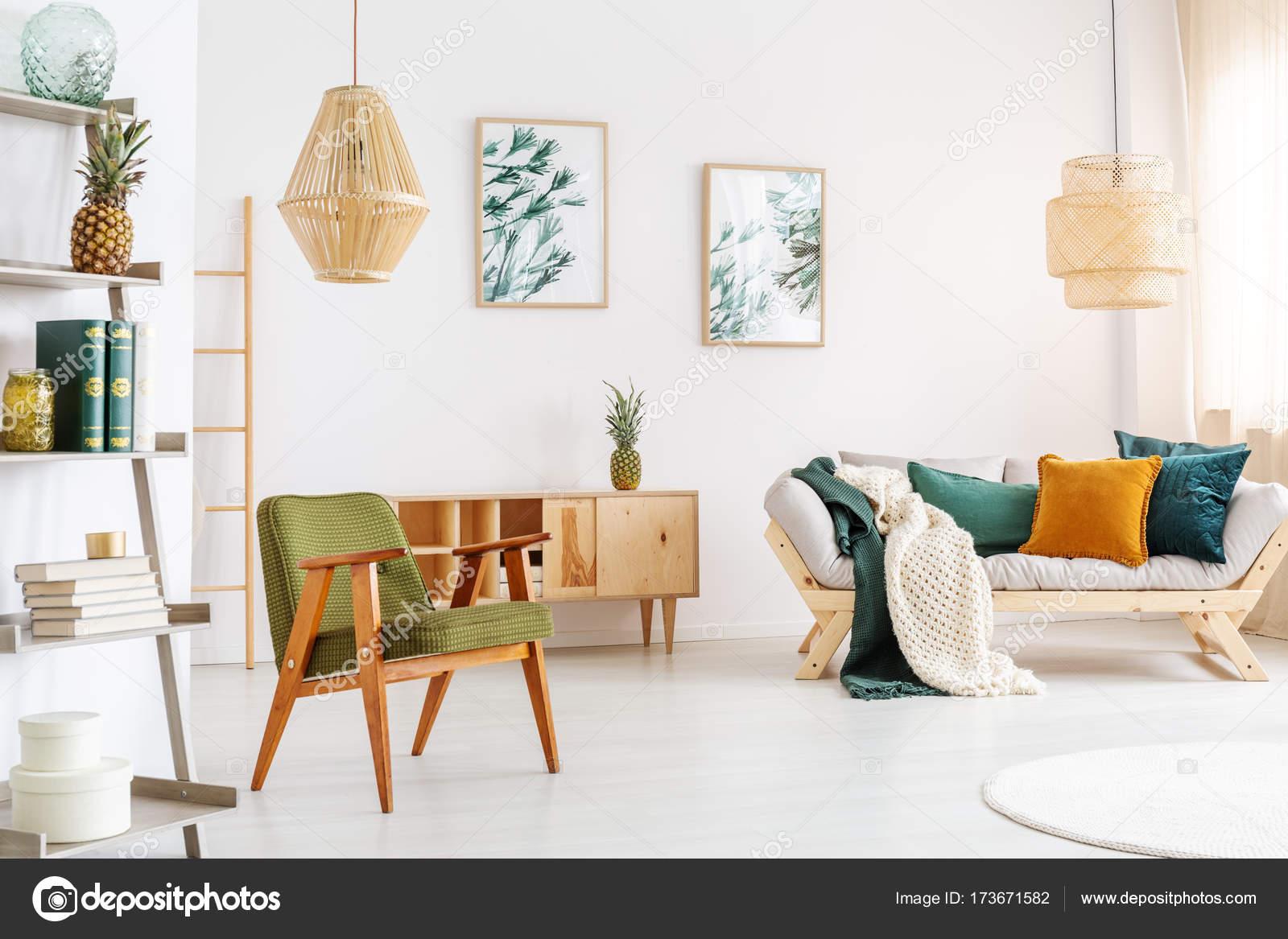 Poltrona in soggiorno spazioso — Foto Stock © photographee.eu #173671582