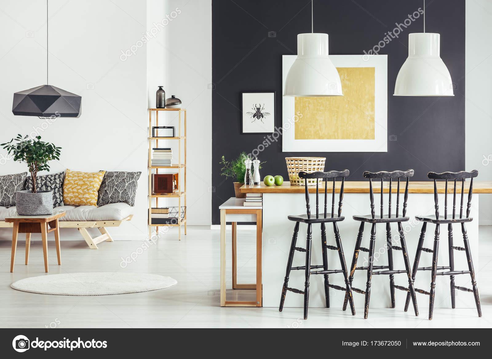 ruime interieur in landelijke stijl stockfoto