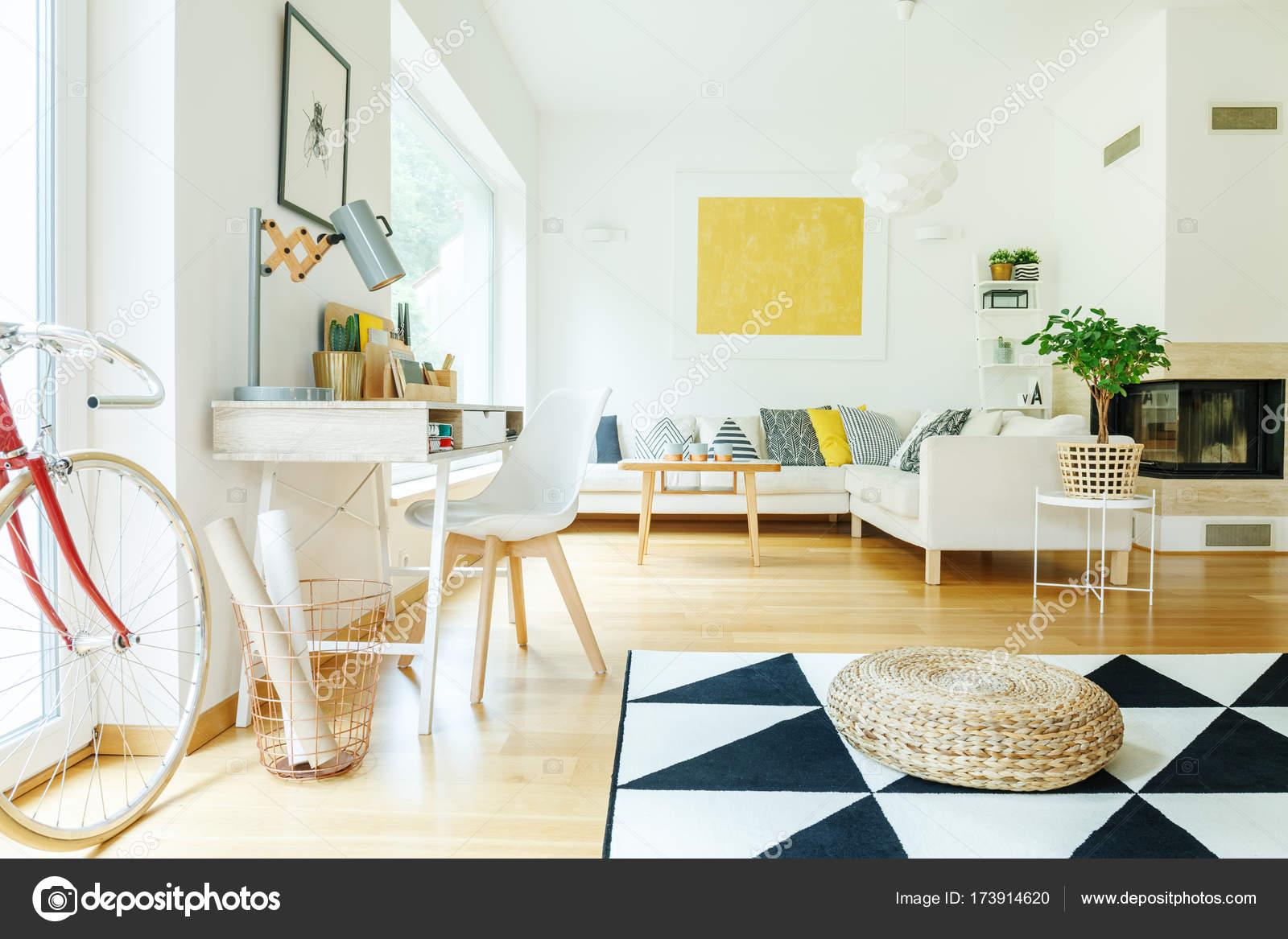 https://st3.depositphotos.com/2249091/17391/i/1600/depositphotos_173914620-stockafbeelding-woonkamer-met-goud-schilderij.jpg