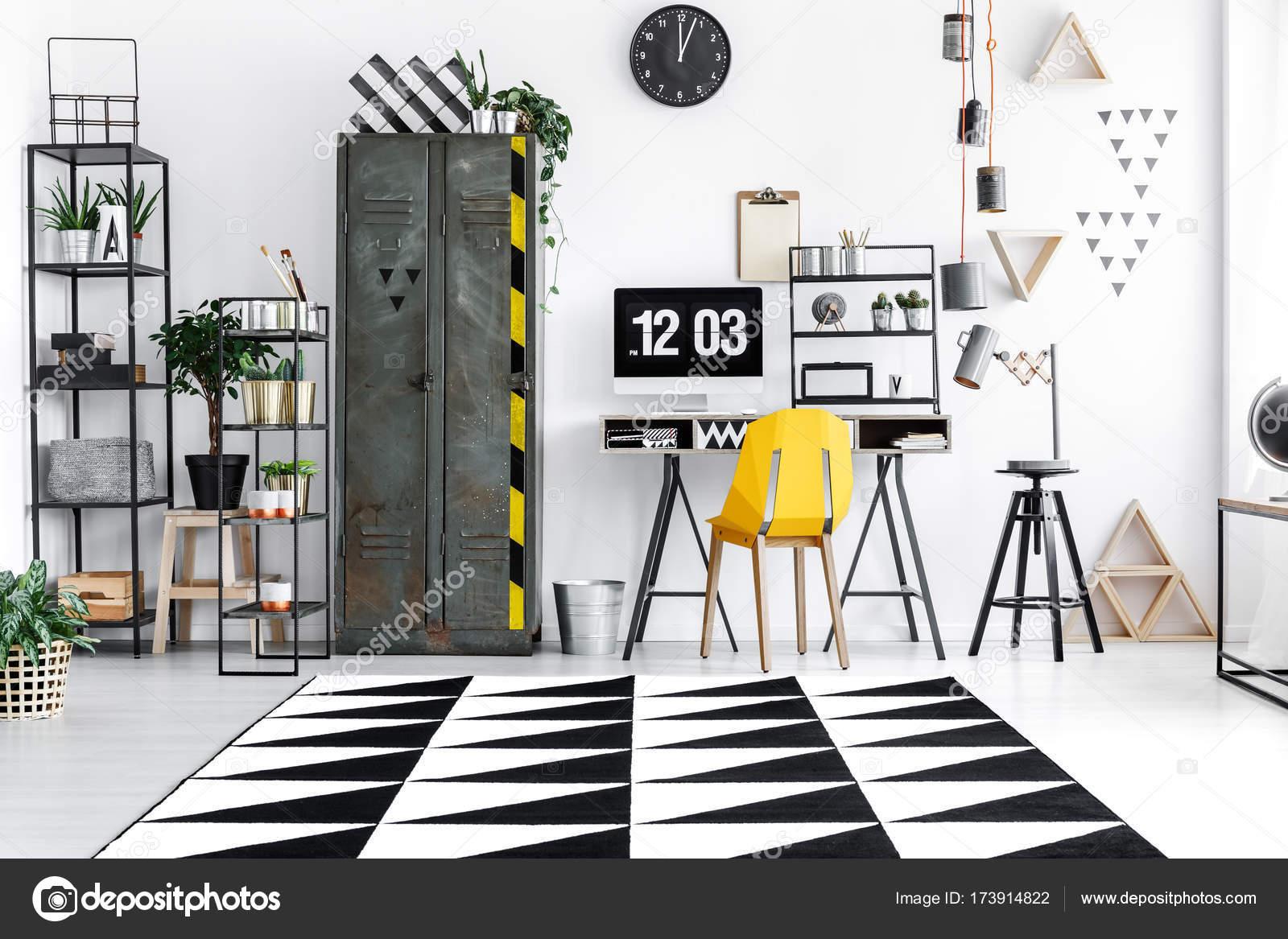Camera con mobili industriali foto stock photographee for Mobili ufficio stock