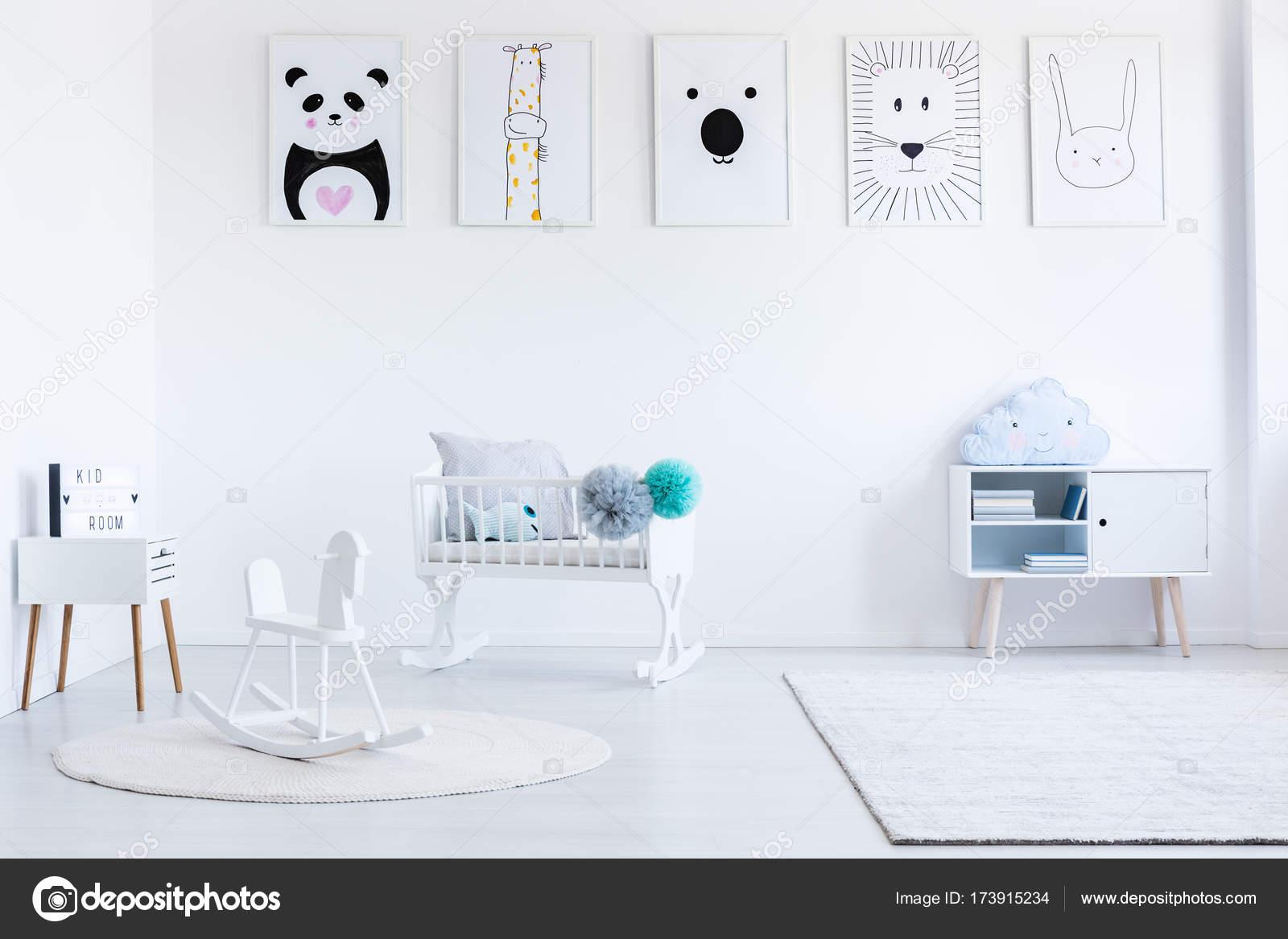 Cheval A Bascule Blanc Sur Tapis Photographie Photographee Eu