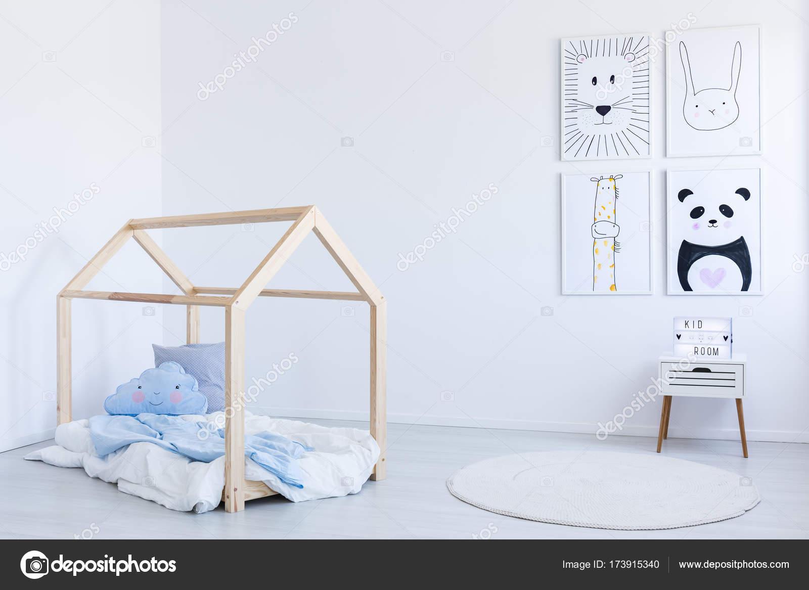 diy-bett im zimmer des jungen — stockfoto © photographee.eu #173915340
