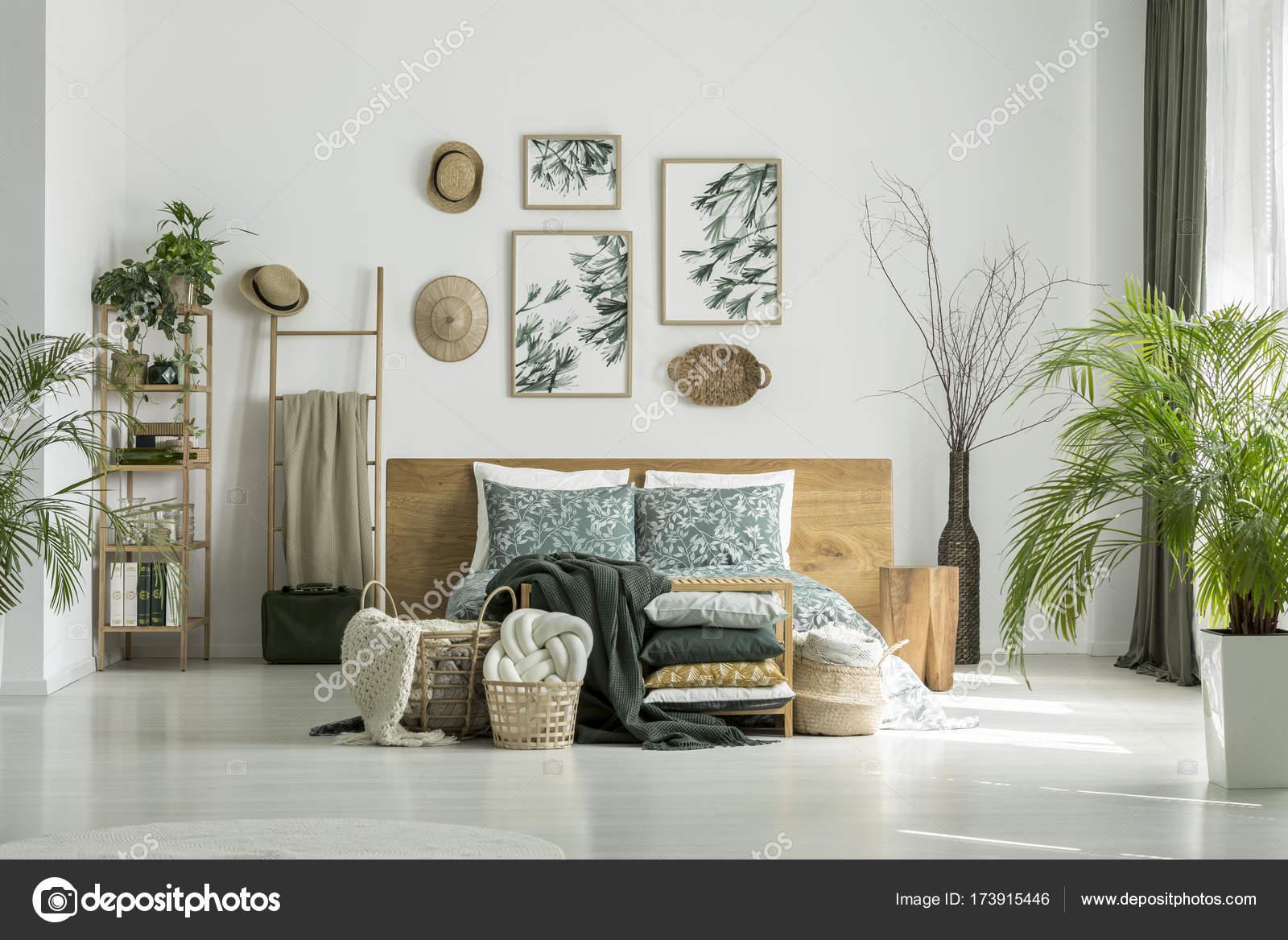 Camera da letto del viaggiatore con le piante — Foto Stock ...