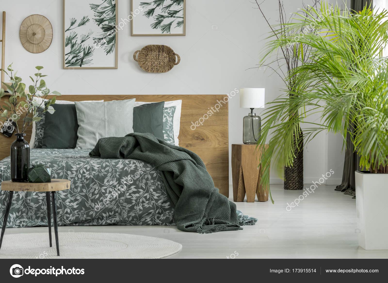 Tavolo e piante in camera da letto — Foto Stock © photographee.eu ...
