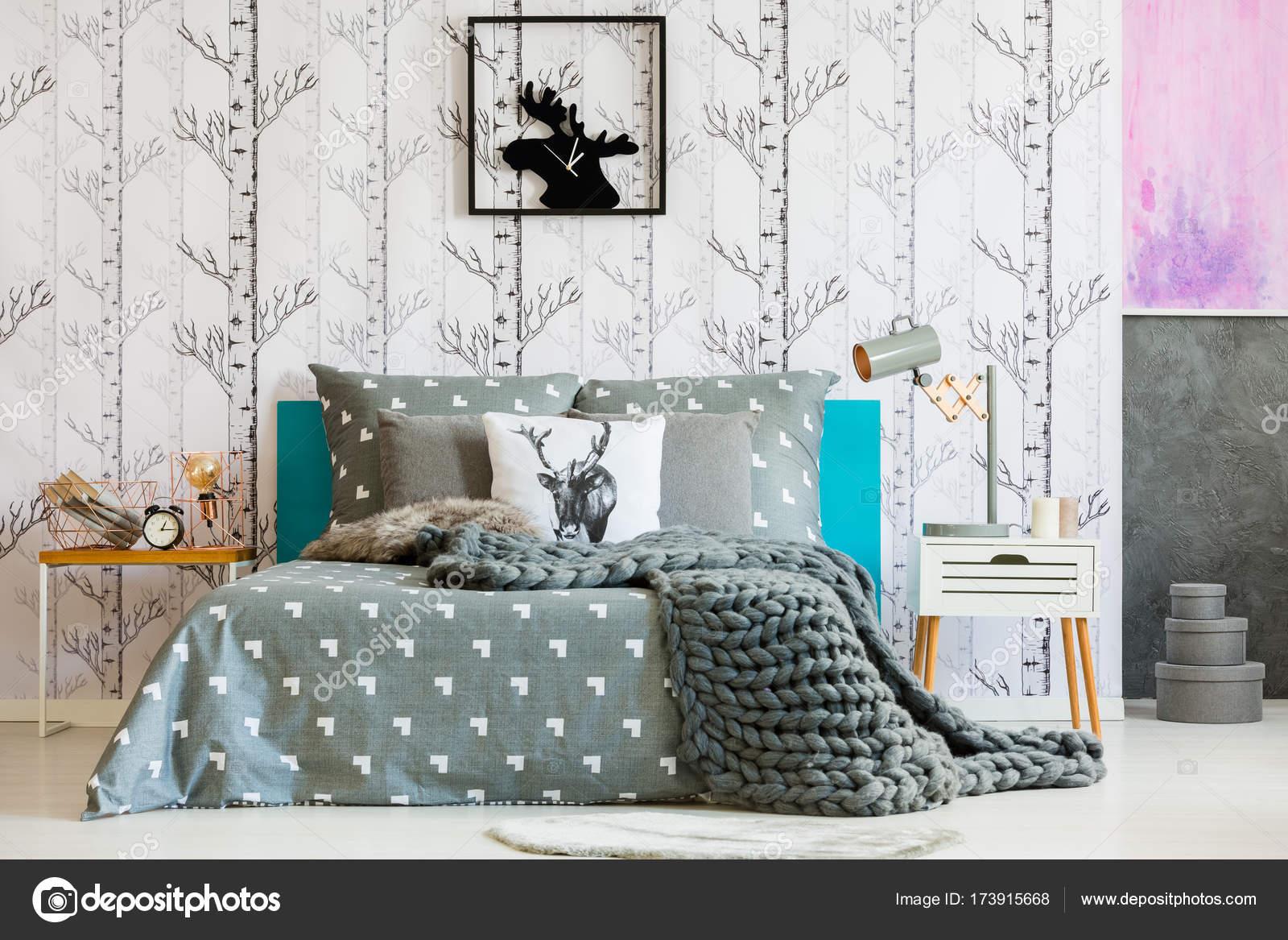 Graue Decke über Kingsize Bett Und Lampe Auf Dem Nachttisch In Hellen  Schlafzimmer Mit Wald Motiv U2014 Foto Von Photographee.eu
