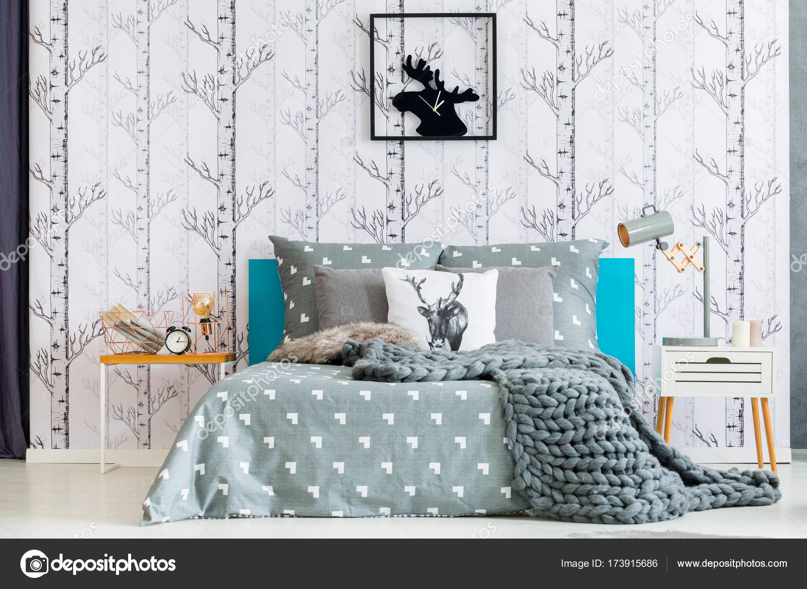 Alci orologio in camera da letto bianca — Foto Stock © photographee ...