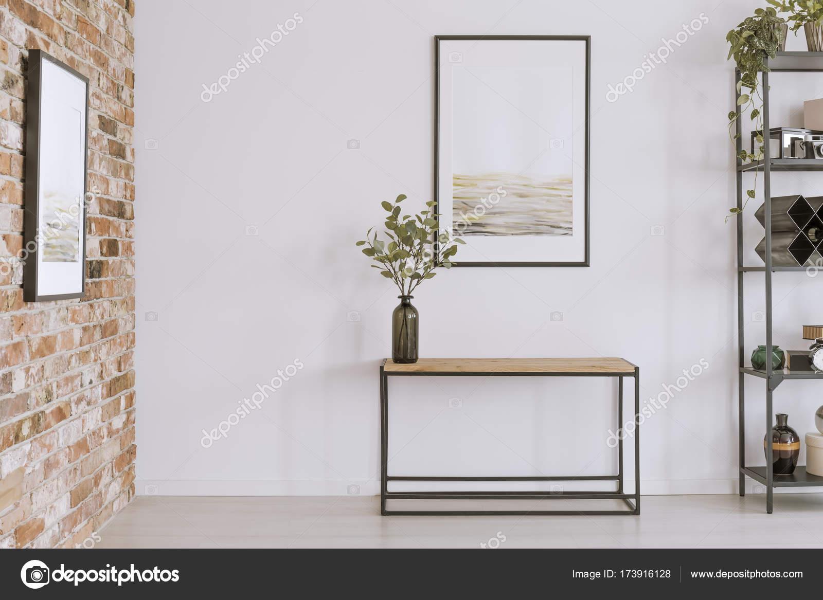Tavolo consolle con vaso di vetro — Foto Stock © photographee.eu ...