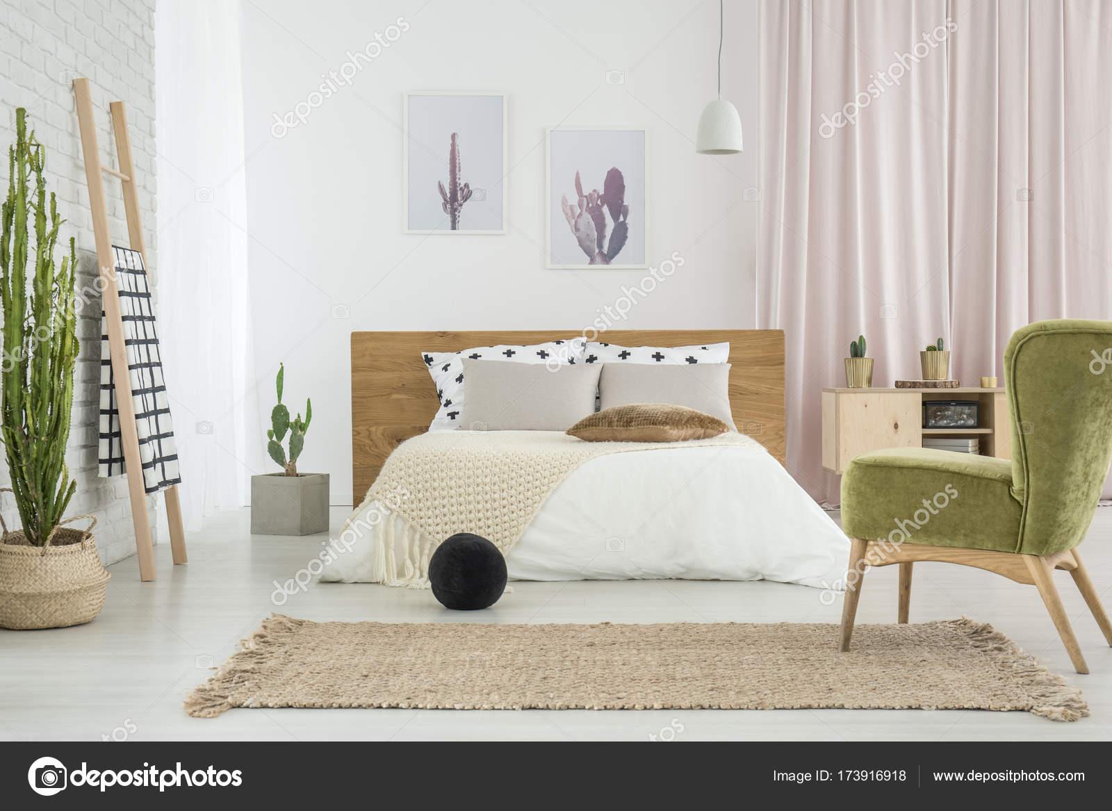 Sedia verde retrò in camera da letto — Foto Stock © photographee.eu ...
