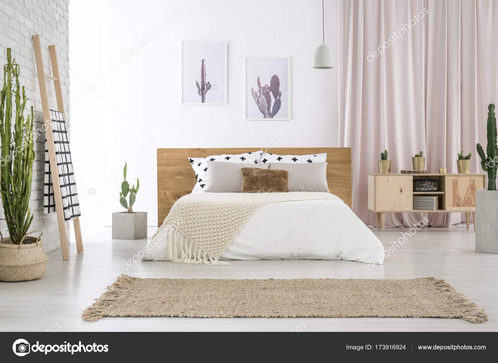Beige Teppich Vor Kingsize Bett In Der Nähe Von Leiter Und Schrank Im  Schlafzimmer Mit Kaktus Motiv U2014 Foto Von Photographee.eu