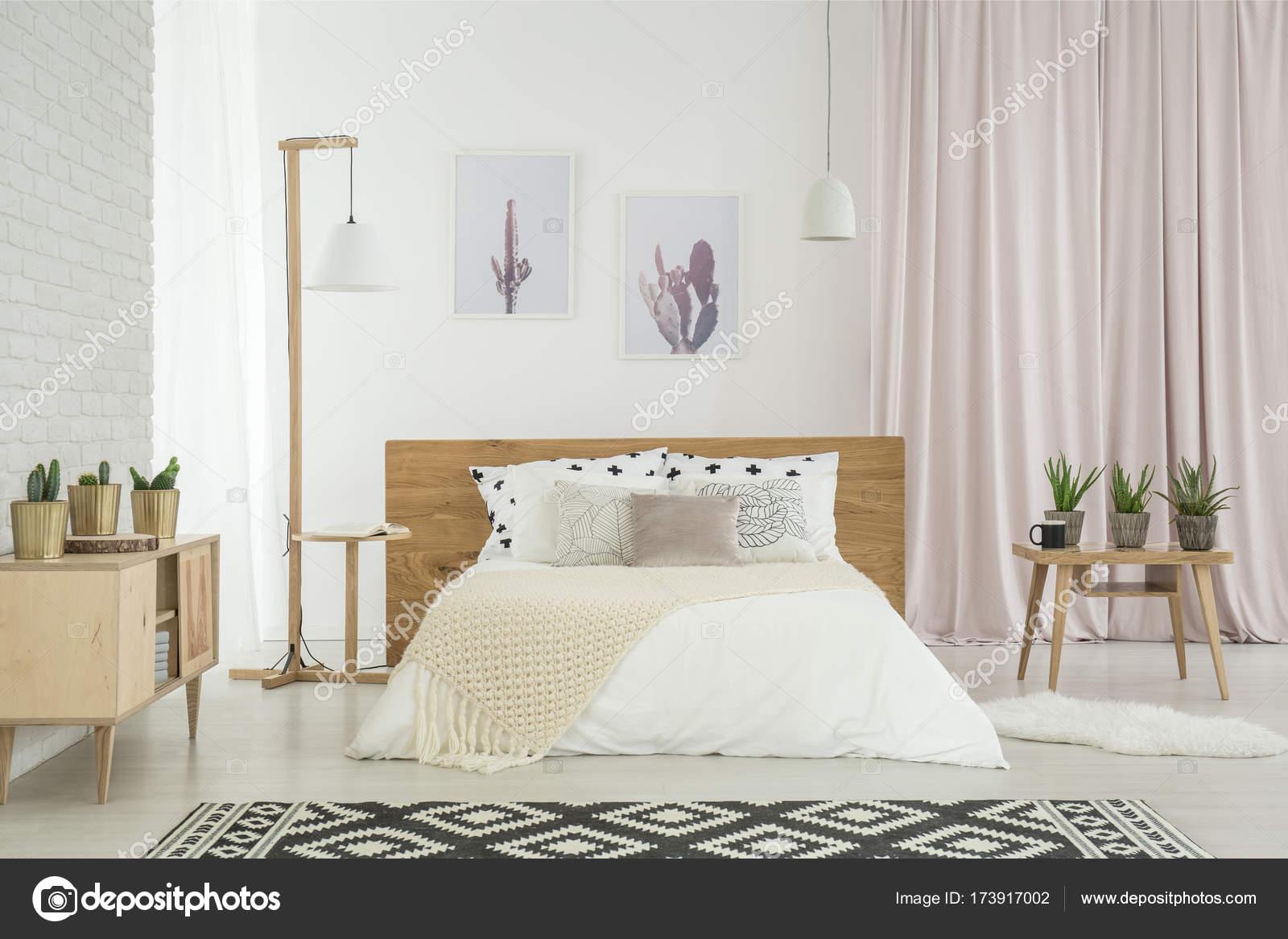 Hellen Feminine Schlafzimmer Mit Kaktus Motiv Und Kingsize Bett Mit Kissen  U2014 Foto Von Photographee.eu