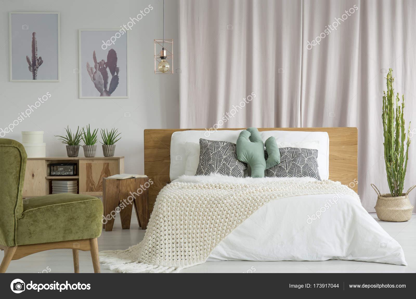 Lit King-Size dans la chambre à coucher vintage — Photographie ...