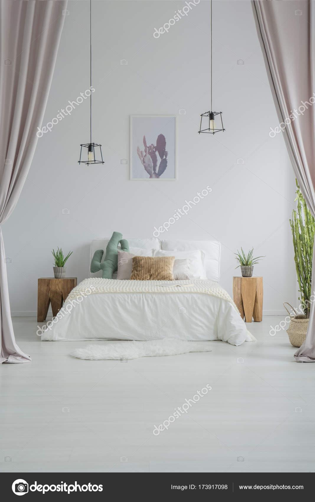 slaapkamer met gordijnen stockfoto