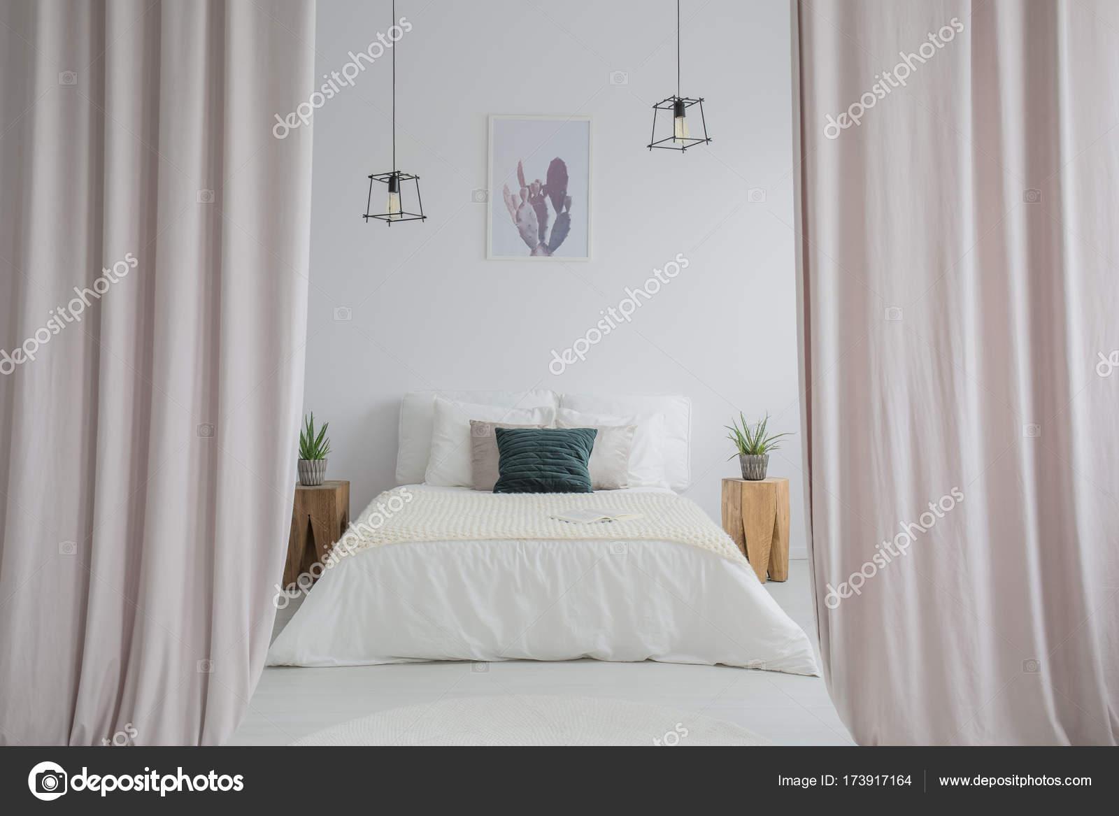 Roze gordijnen in lichte slaapkamer — Stockfoto © photographee.eu ...