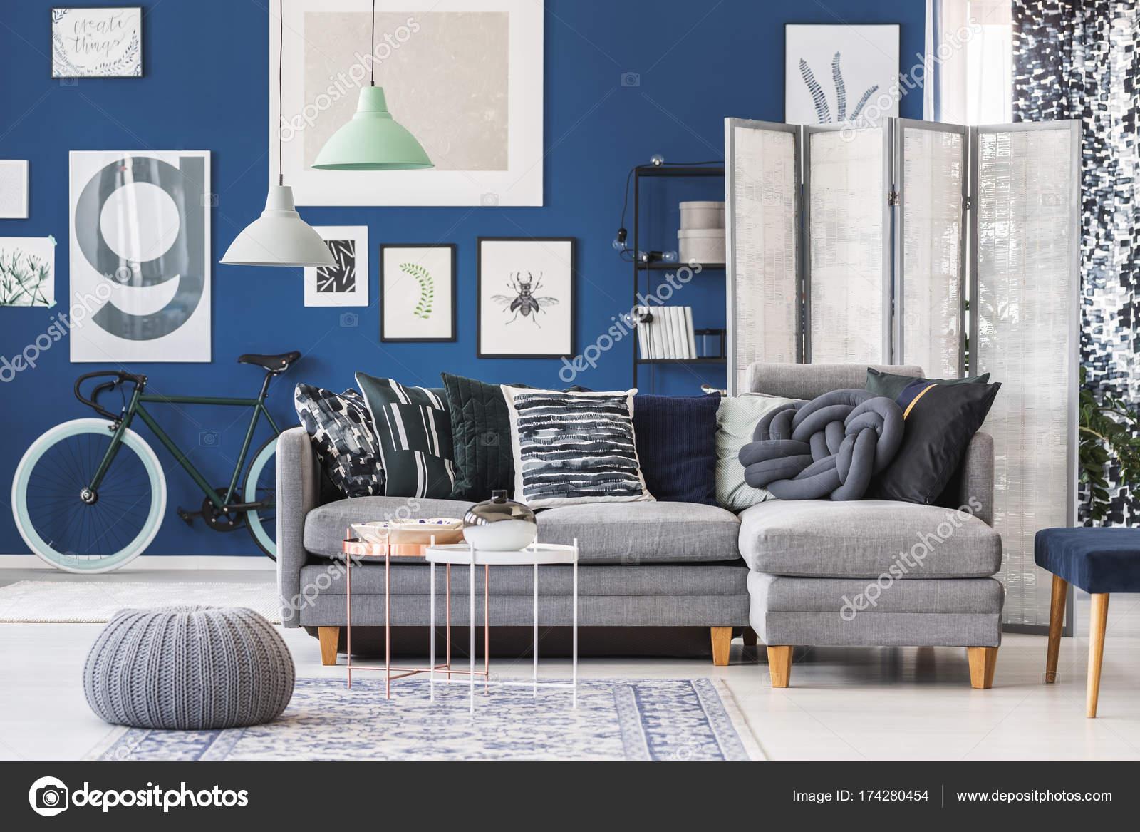 Graue Hocker Neben Weiß Und Kupfer Tisch Im Wohnzimmer Mit Grauen Sofa Und  Galerie Am Blauen Wand U2014 Foto Von Photographee.eu