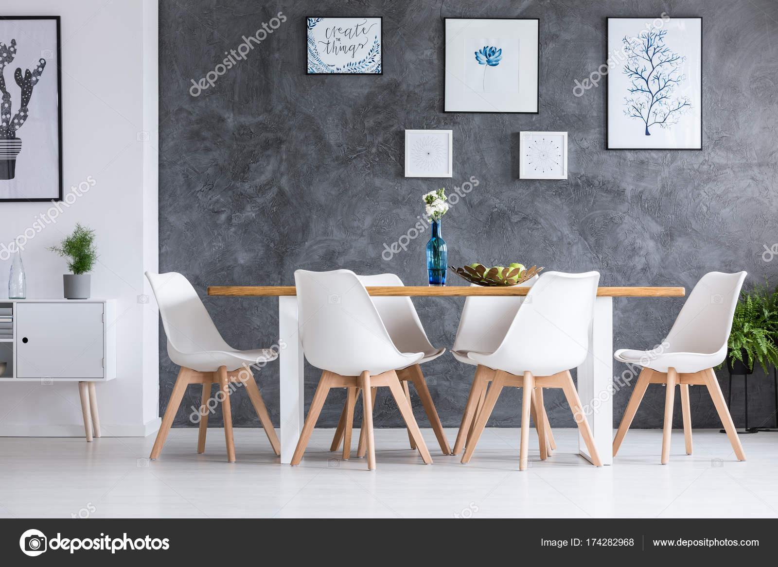 Comedor con armario blanco — Foto de stock © photographee.eu #174282968
