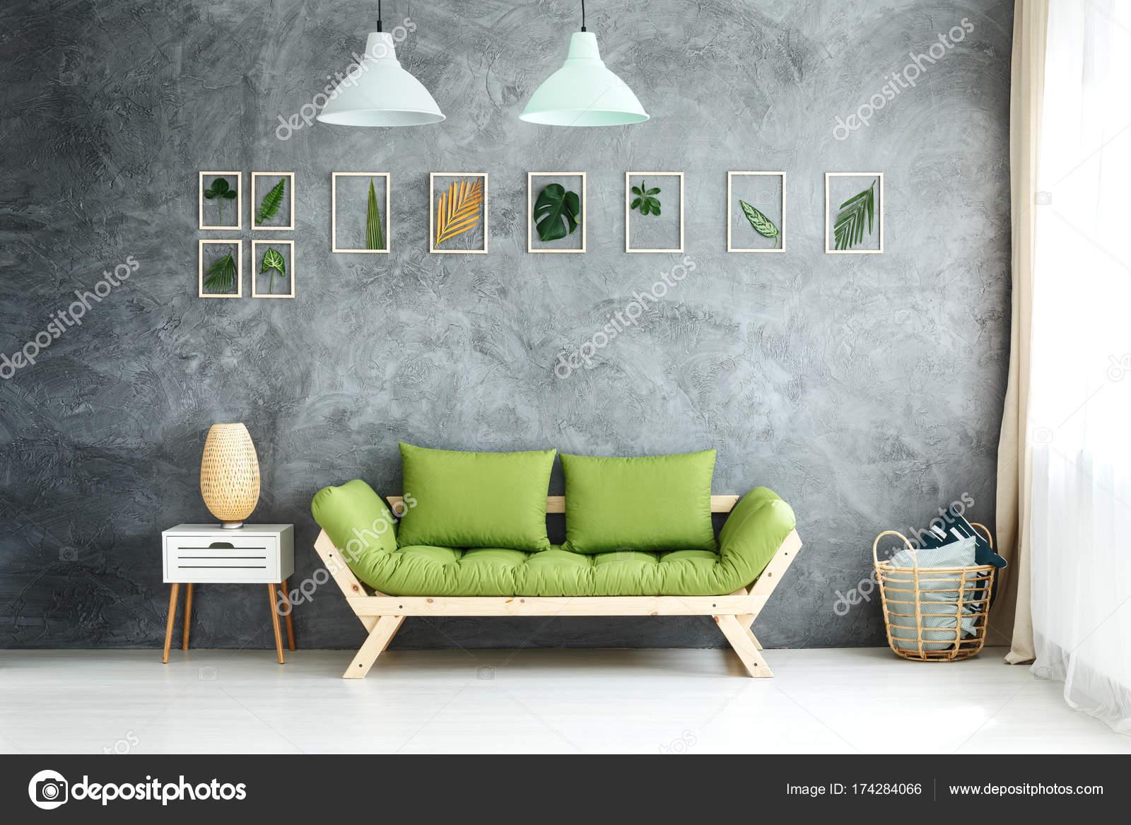 Lámparas de pastel sobre el sofá verde — Foto de stock ...