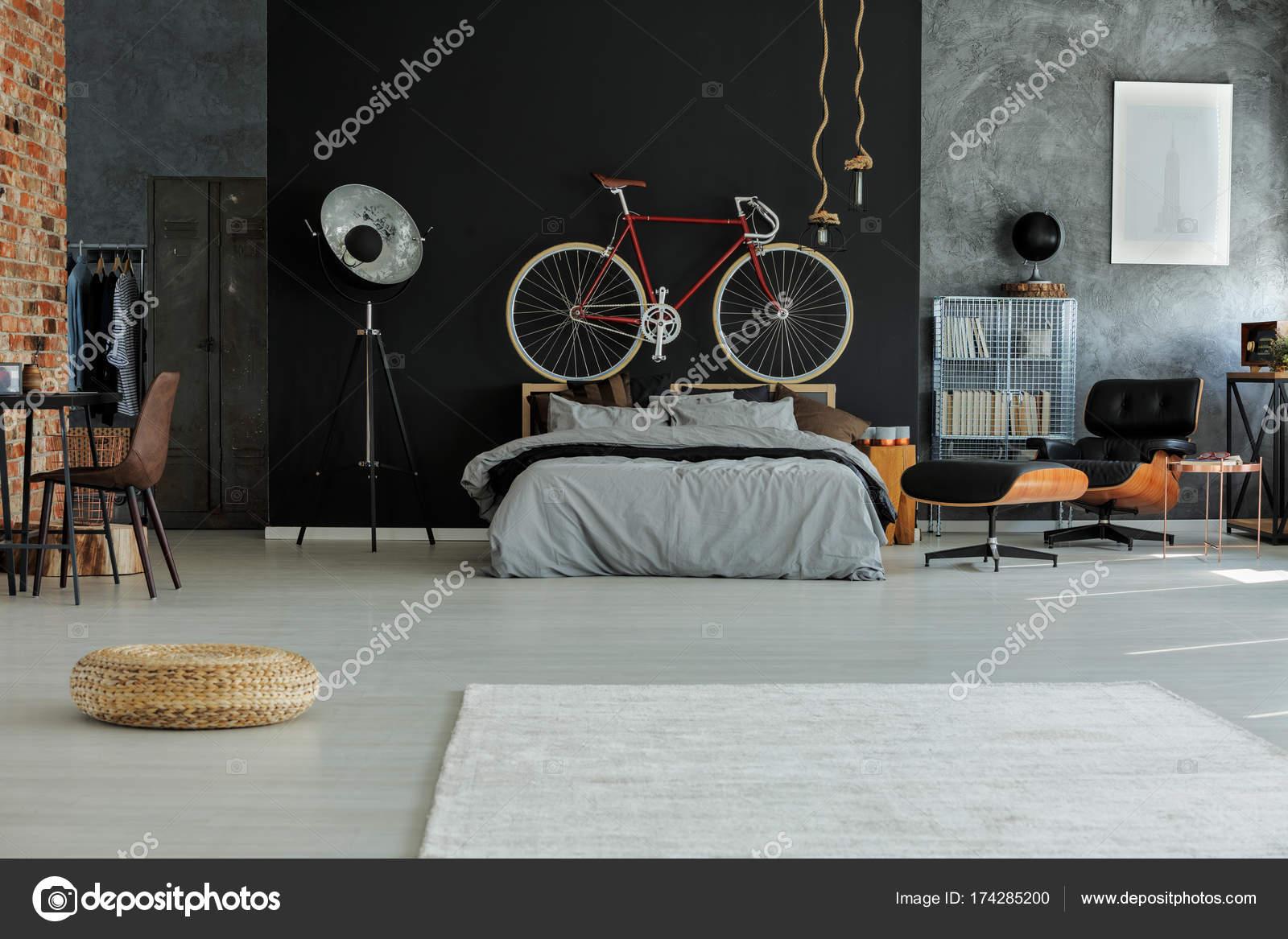 Spaziosa camera da letto con bici rossa u foto stock
