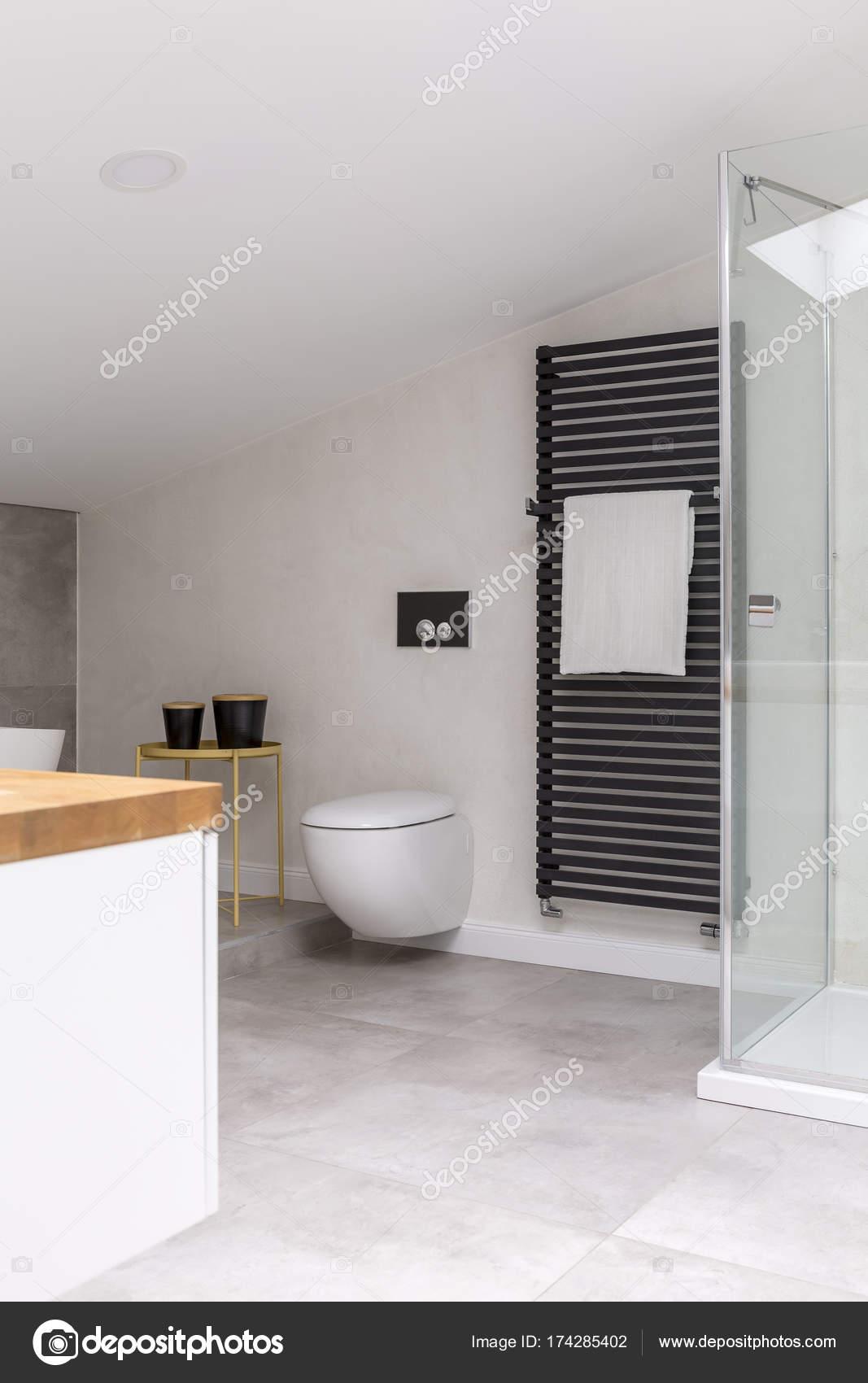 Einfache Elegante Badezimmer Im Dachgeschoss Mit Toilette, Waschbecken,  Schrank Und Handtuch Auf Schwarz Heizung U2014 Foto Von Photographee.eu