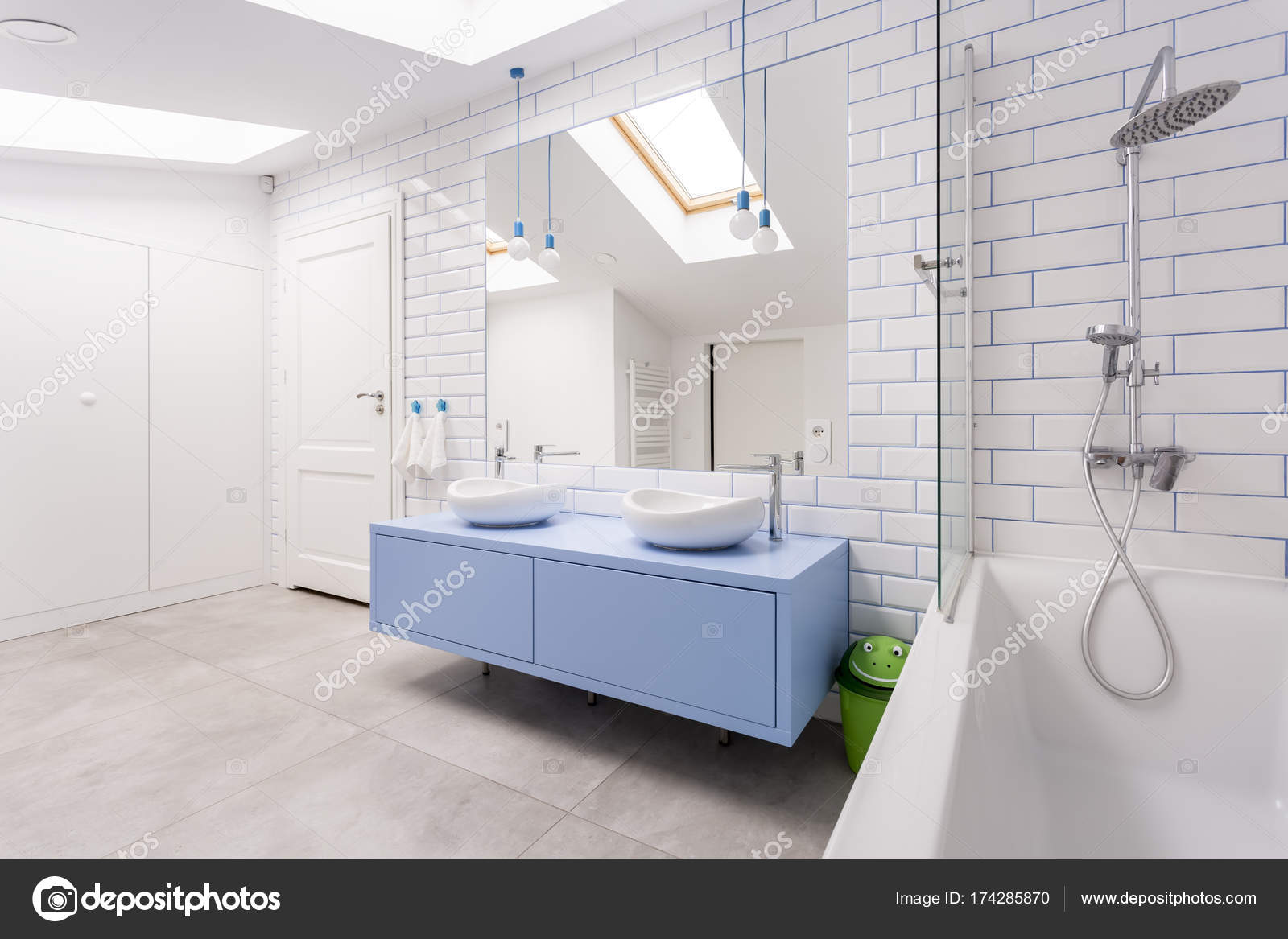 Helles Badezimmer Mit Blauen Schrank Stockfoto C Photographee Eu