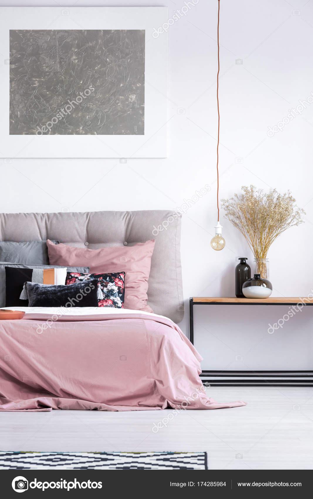 gezellige slaapkamer met pastel beddengoed stockfoto