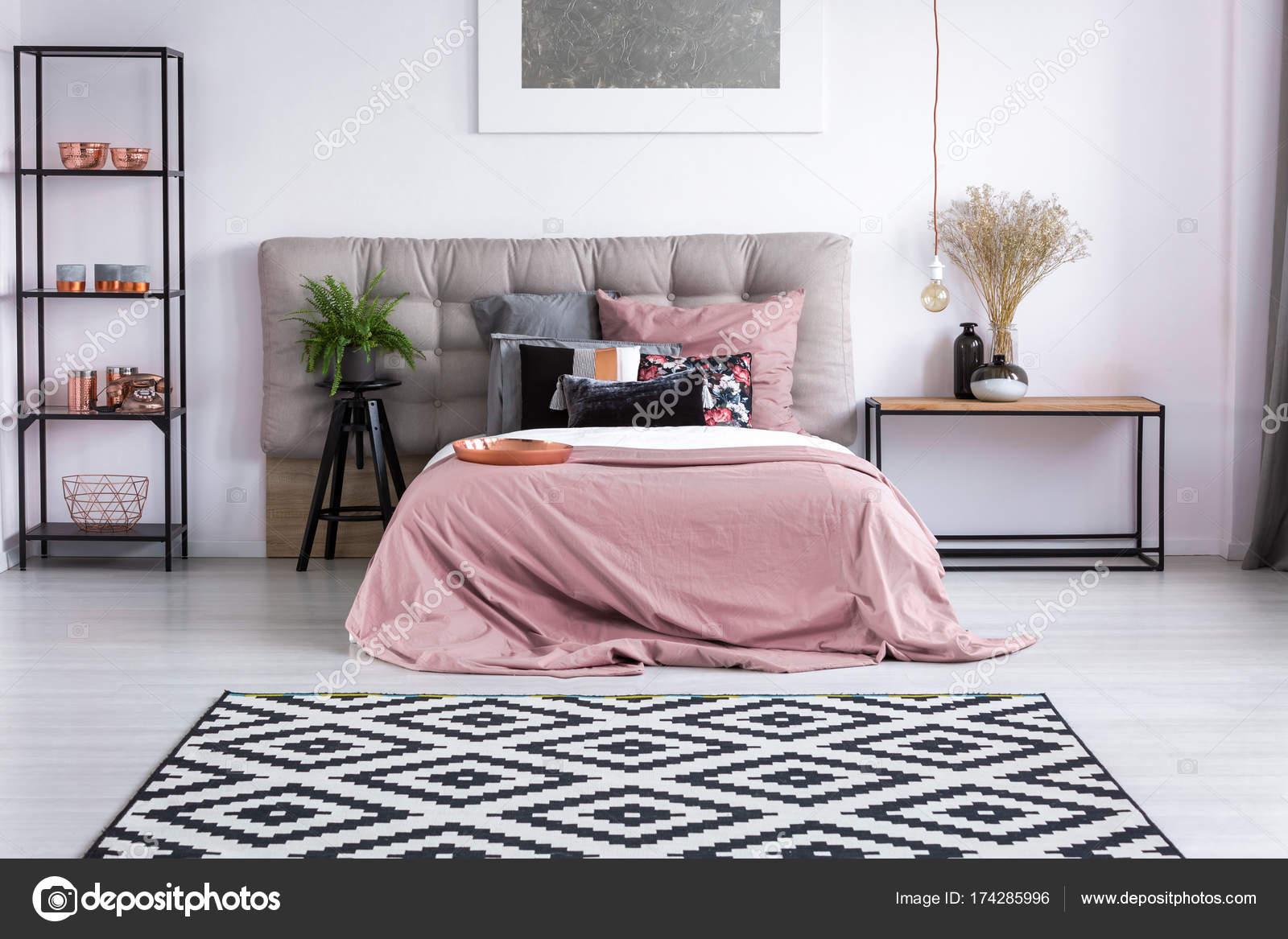 koperen accessoires in hedendaagse slaapkamer stockfoto