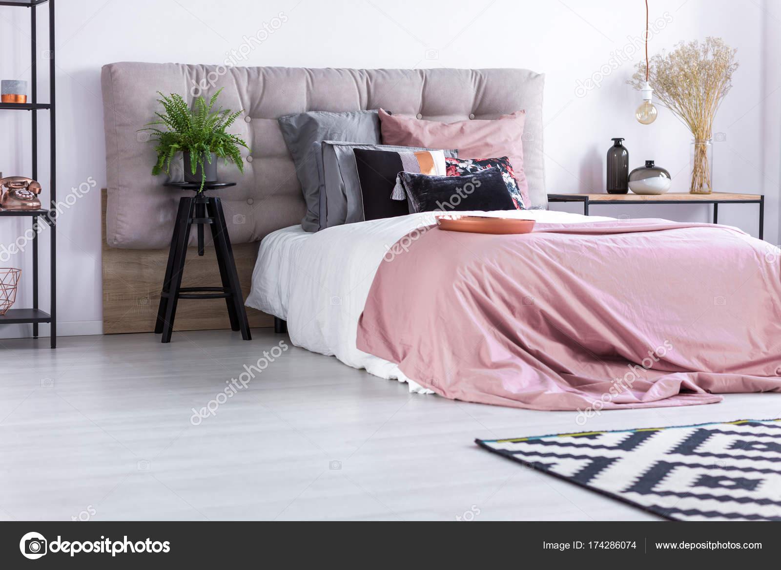 Licht Roze Dekbedovertrek : Bed met roze dekbedovertrek u stockfoto photographee eu