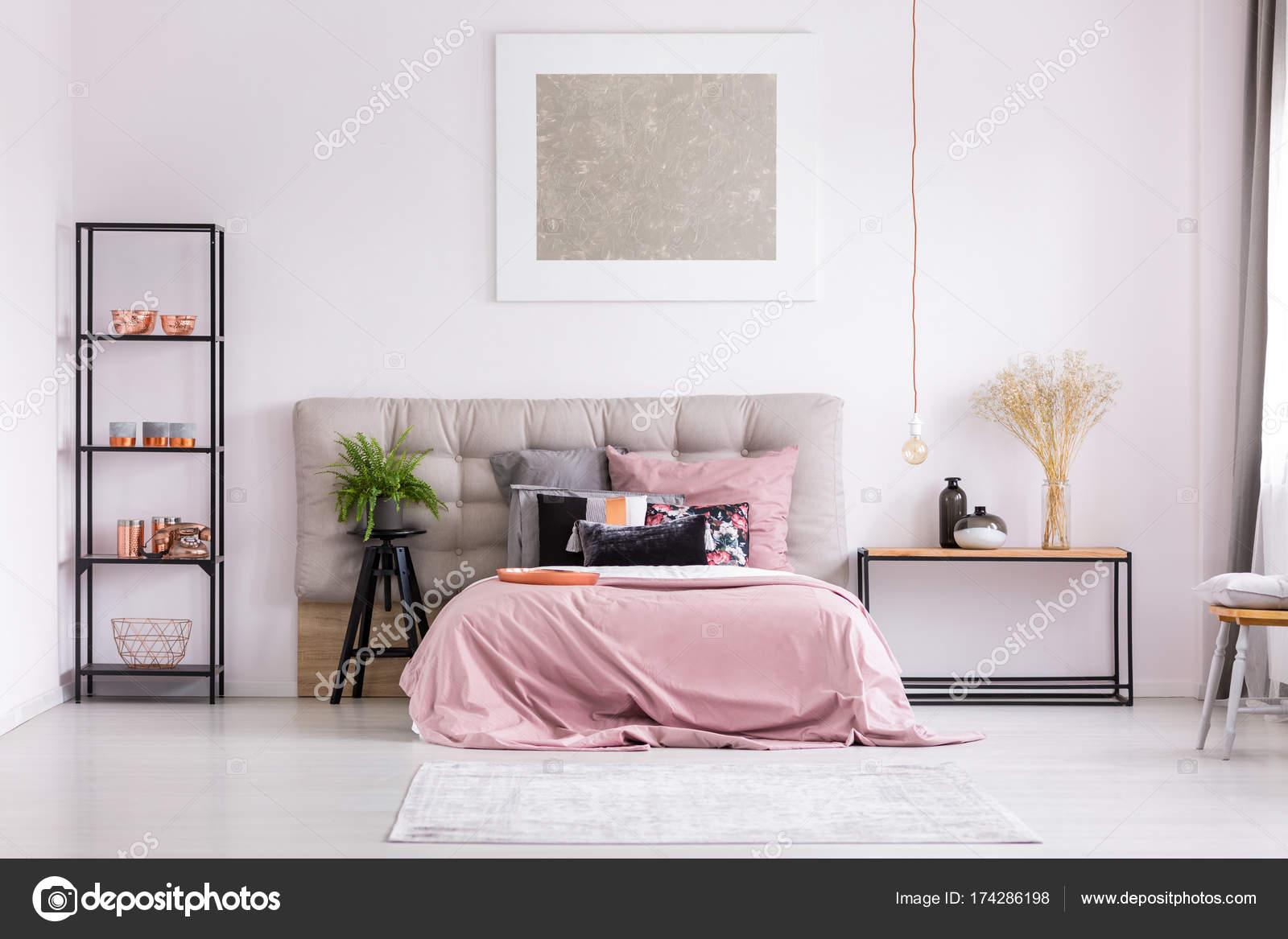 Stijlvolle slaapkamer met metallic ontwerp — Stockfoto ...