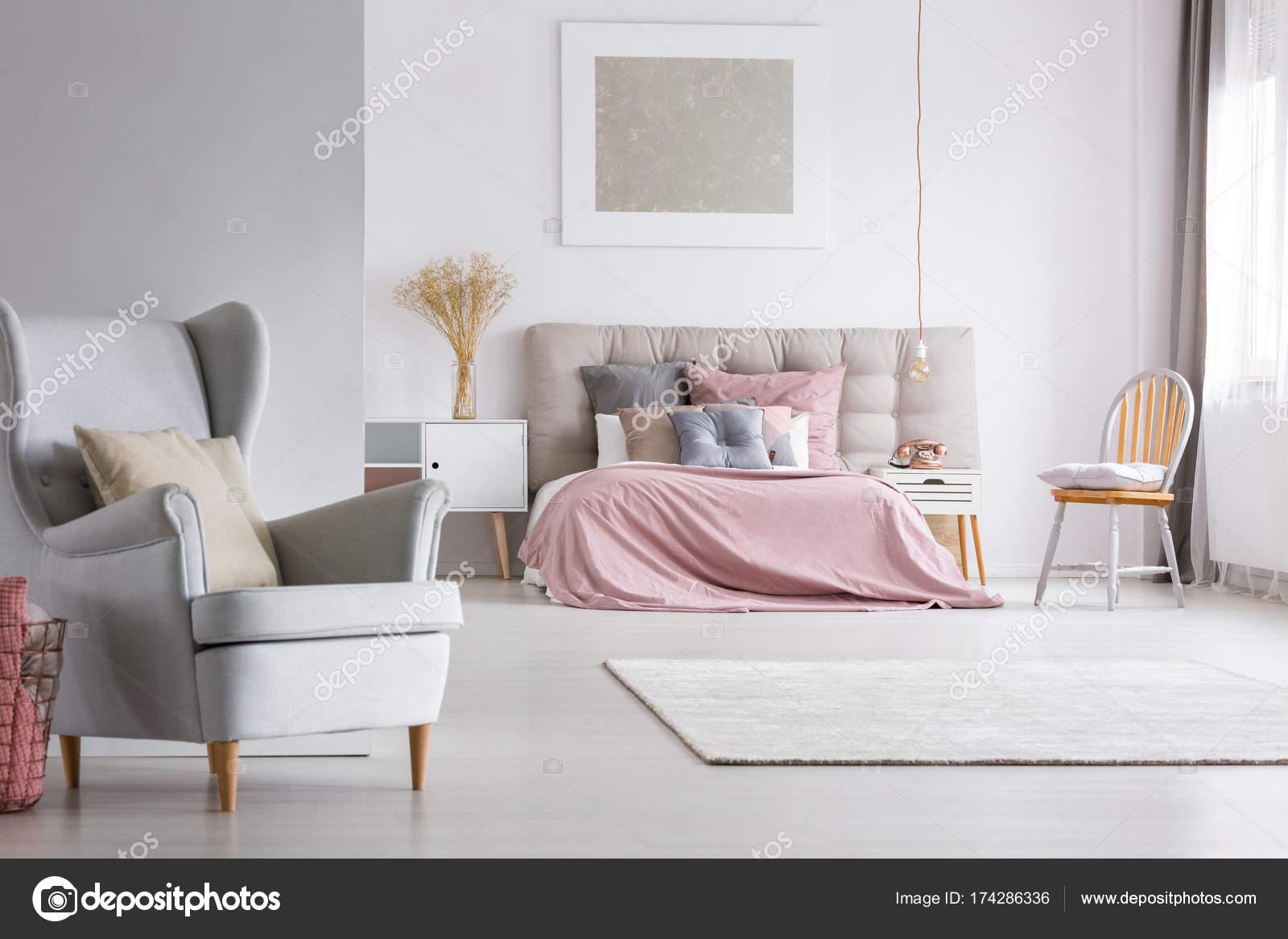 ruime interieur van lichte pastel slaapkamer stockfoto