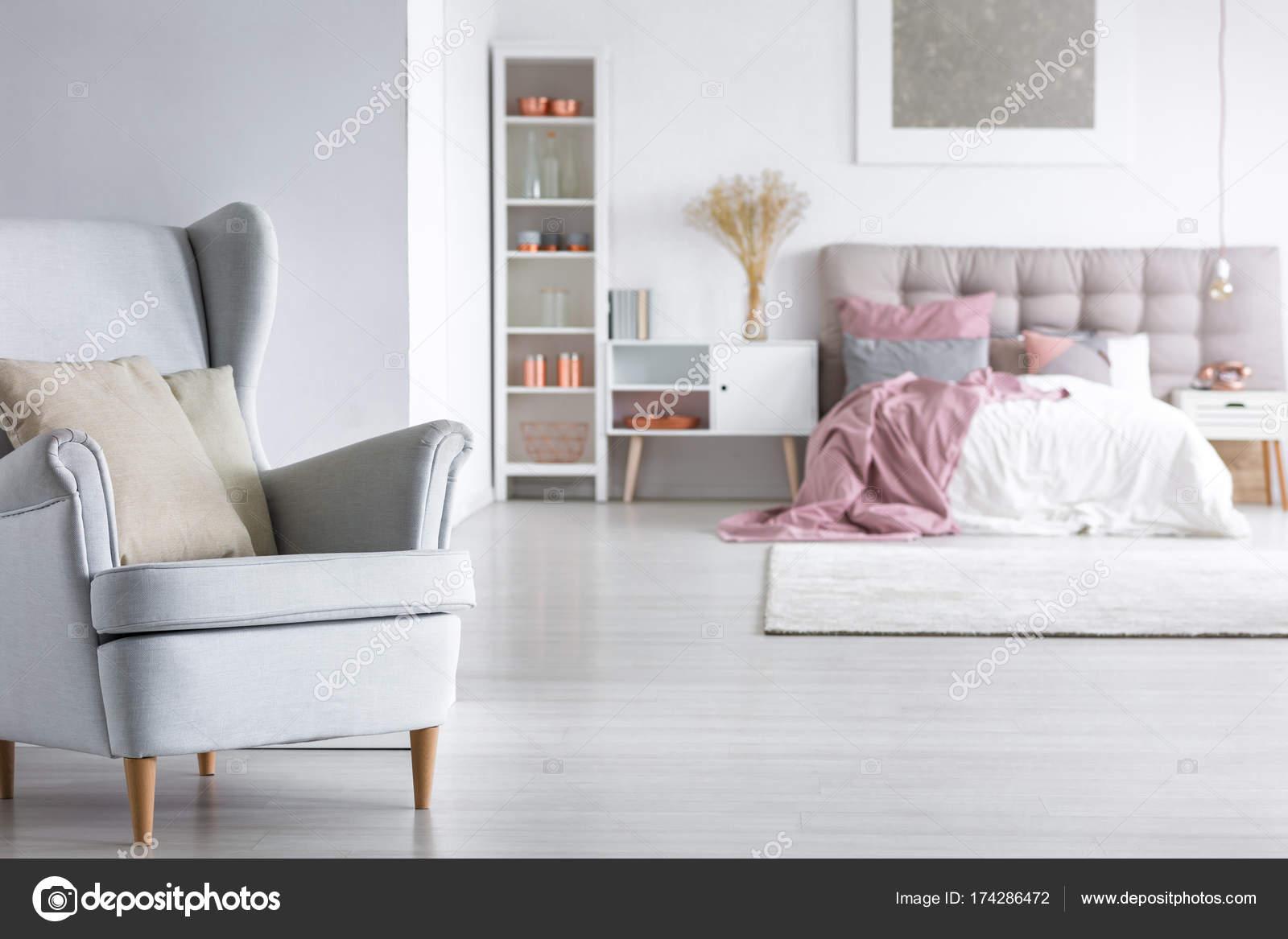 Offenes Schlafzimmer mit stilvollen Sessel — Stockfoto ...