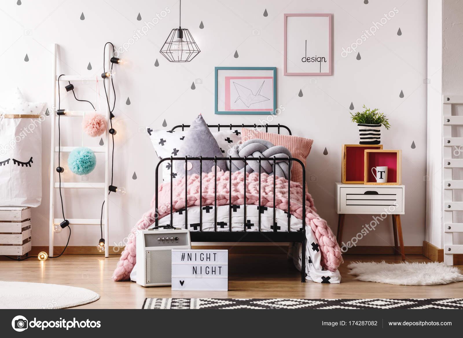 pastel de slaapkamer kind met dekens stockfoto