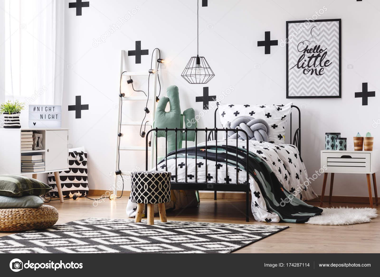 van tiener slaapkamer met cactus motief stockfoto