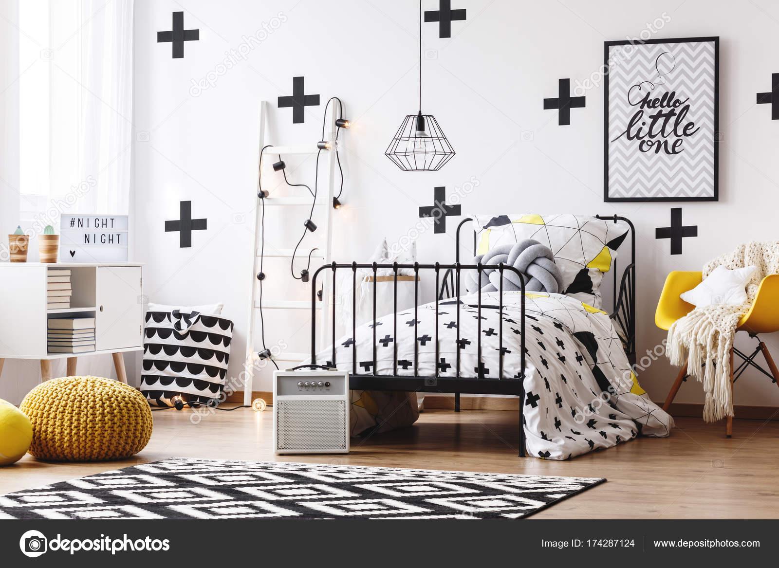 https://st3.depositphotos.com/2249091/17428/i/1600/depositphotos_174287124-stockafbeelding-wallpaper-met-kruisen-in-slaapkamer.jpg