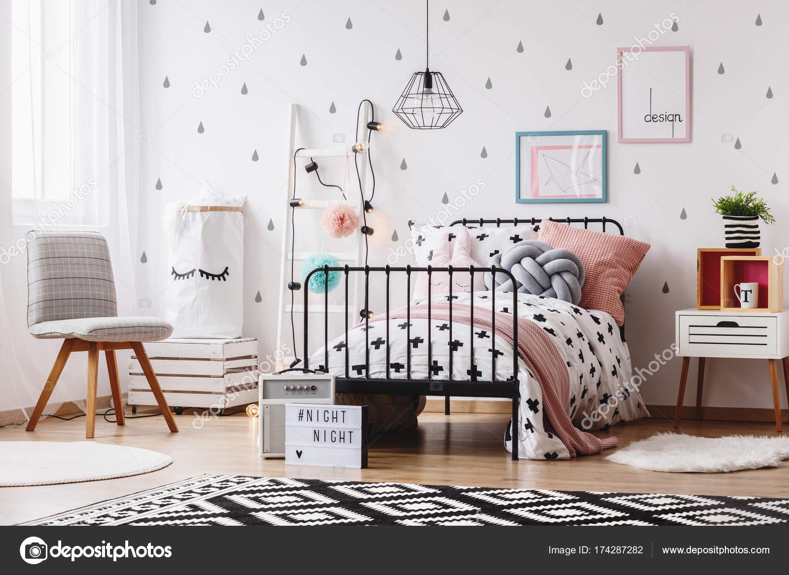 Roze Slaapkamer Stoel : Grijze stoel in slaapkamer van meisje u stockfoto photographee