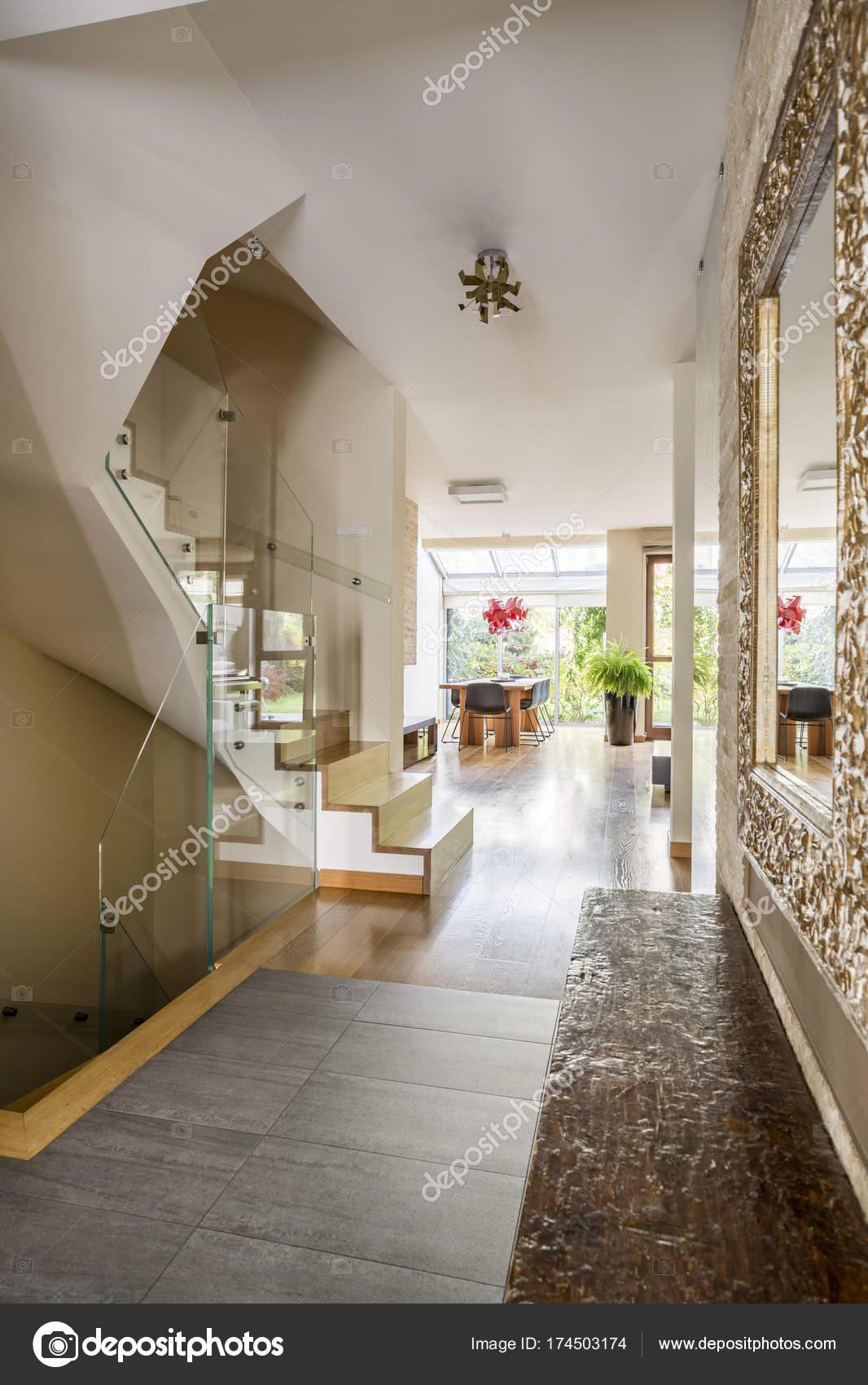 Hall d entr e dans maison luxueuse photographie 174503174 - Hall d entree maison photos ...
