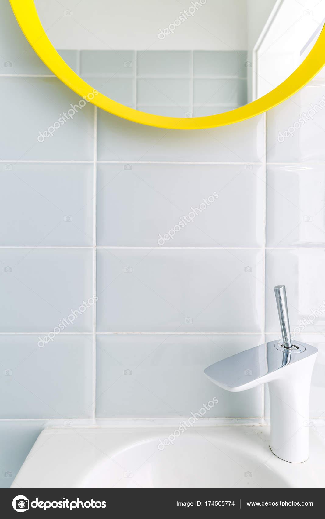 Badezimmer mit Brigh weiße Fliesen — Stockfoto © photographee.eu ...