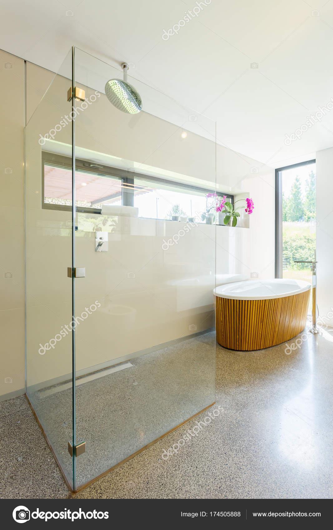 Jasną łazienką Z Prysznicem Zdjęcie Stockowe