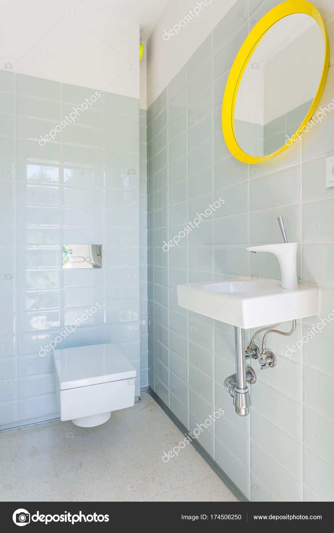 Salle De Bain Avec Toilettes Et Lavabo Photographie