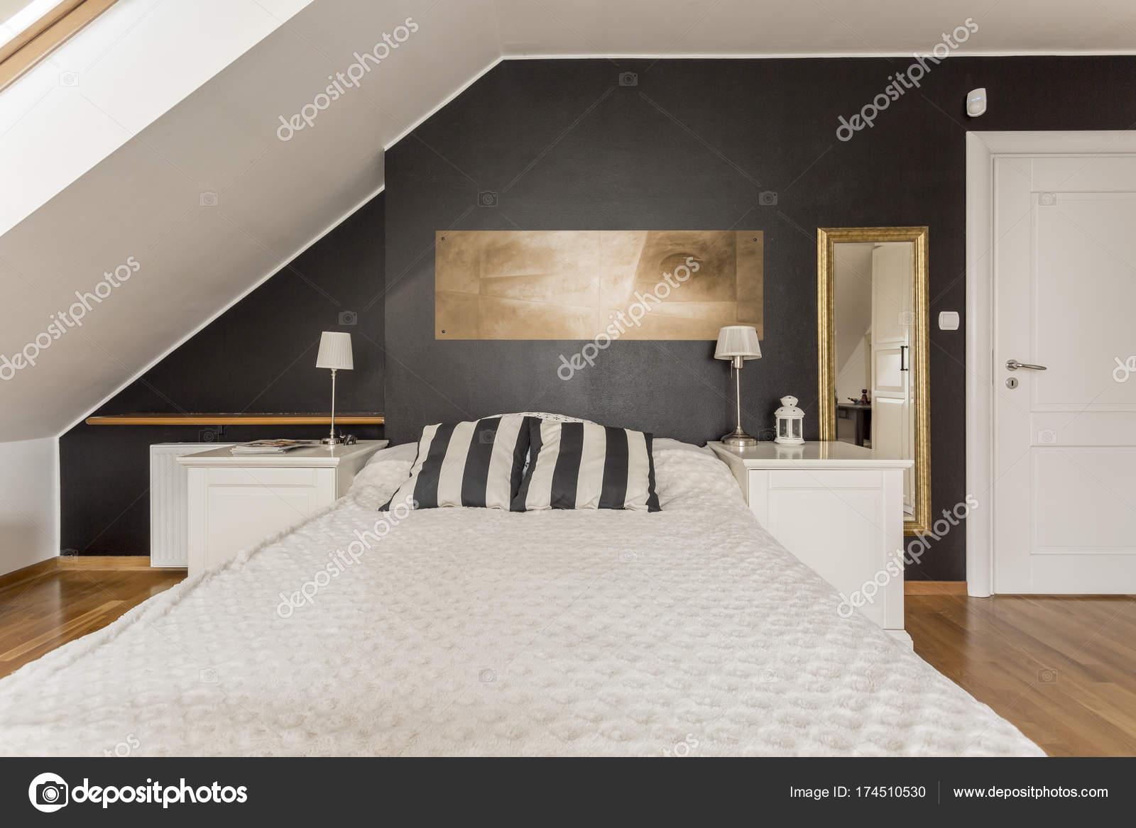 Posto letto in camera da letto in mansarda — Foto Stock ...