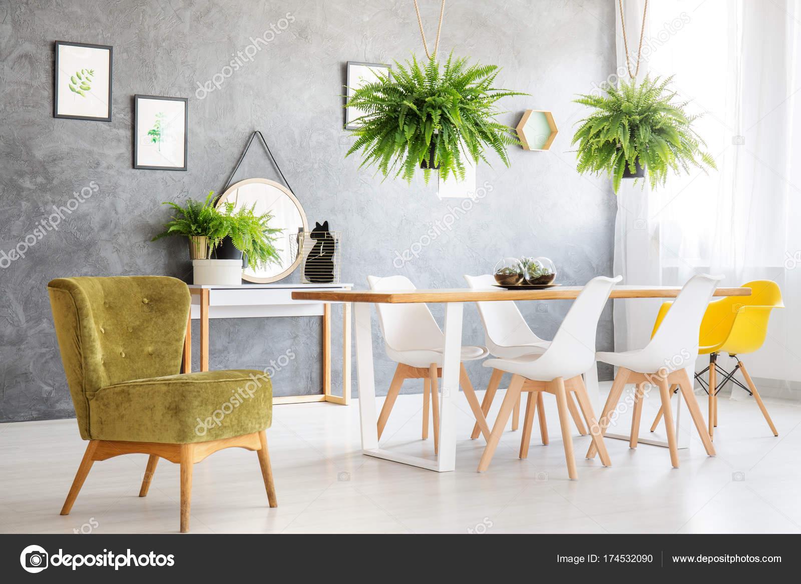 Silla vintage verde en sala — Foto de stock © photographee.eu #174532090