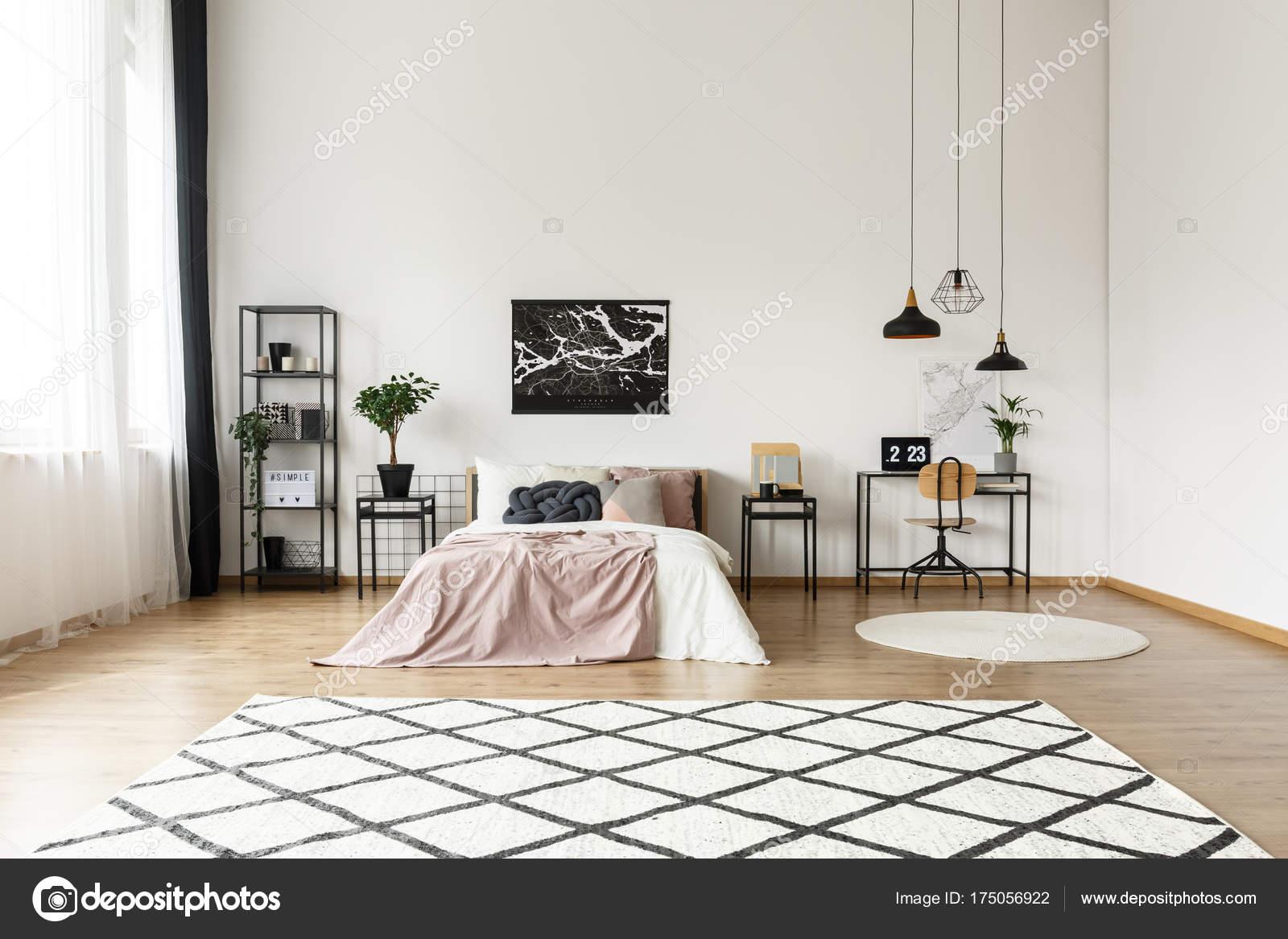 Gestreepte tapijt in de slaapkamer — Stockfoto © photographee.eu ...