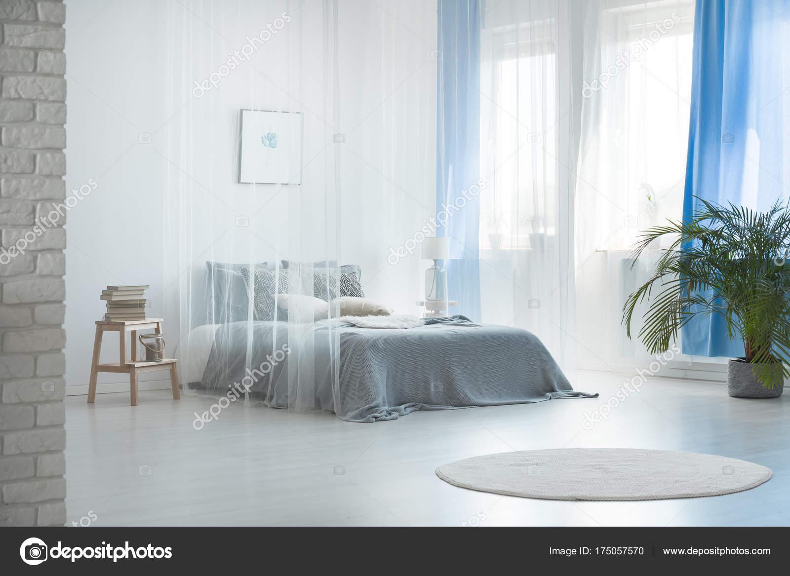 design romantique de la chambre à coucher spacieuse — photographie