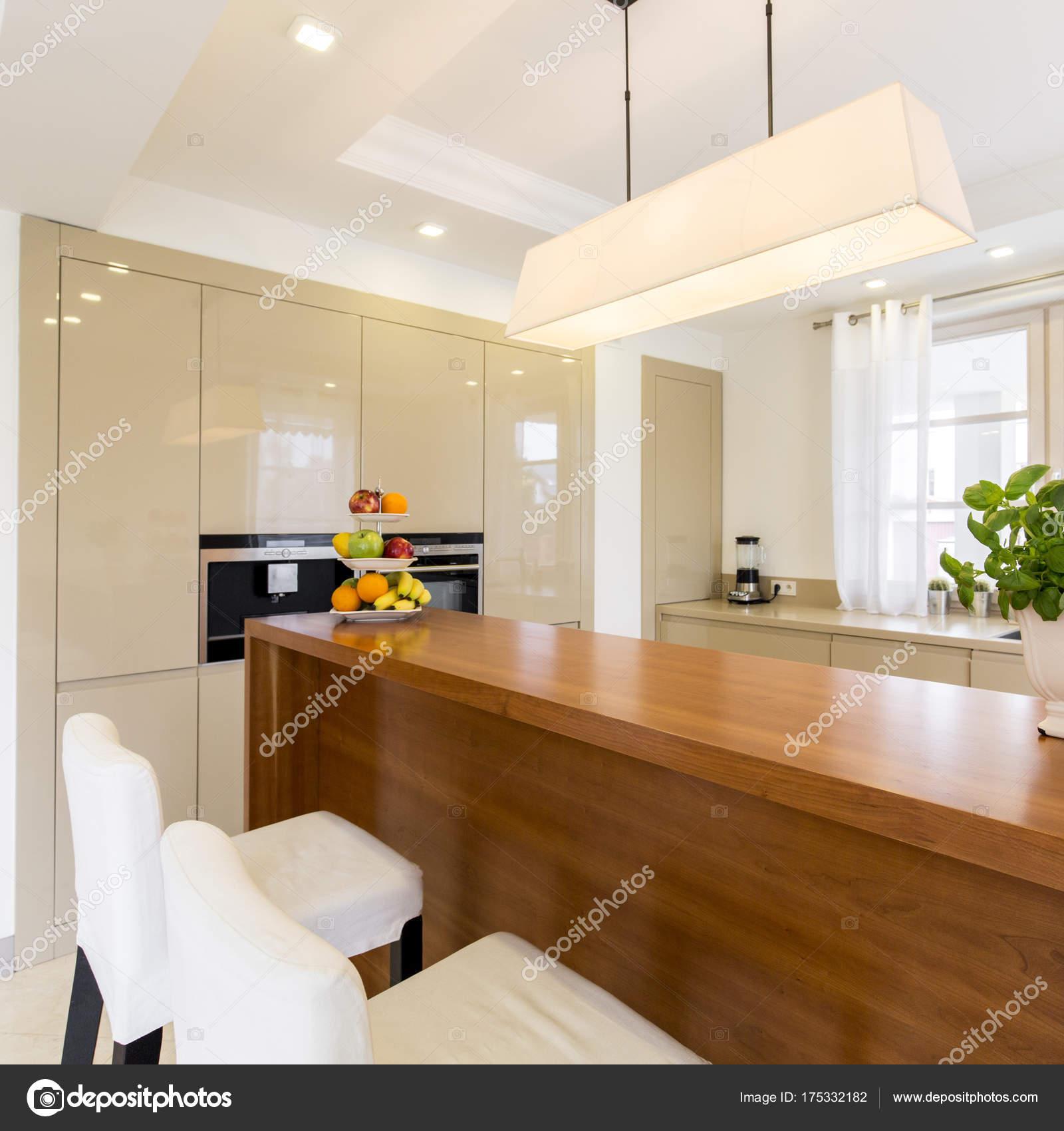 Funzionale angolo cottura con mobili in legno — Foto Stock ...