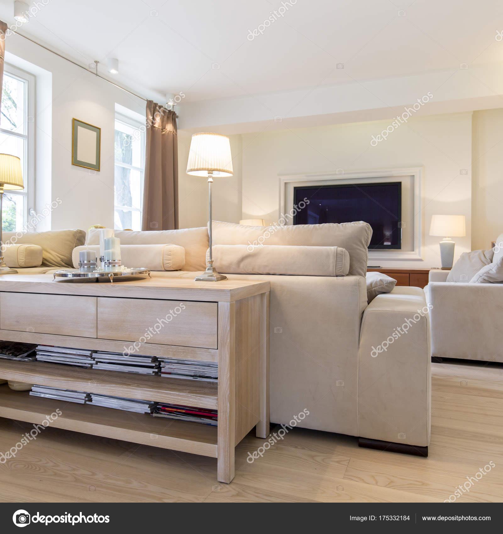 Accogliente soggiorno in bianco e beige — Foto Stock © photographee ...