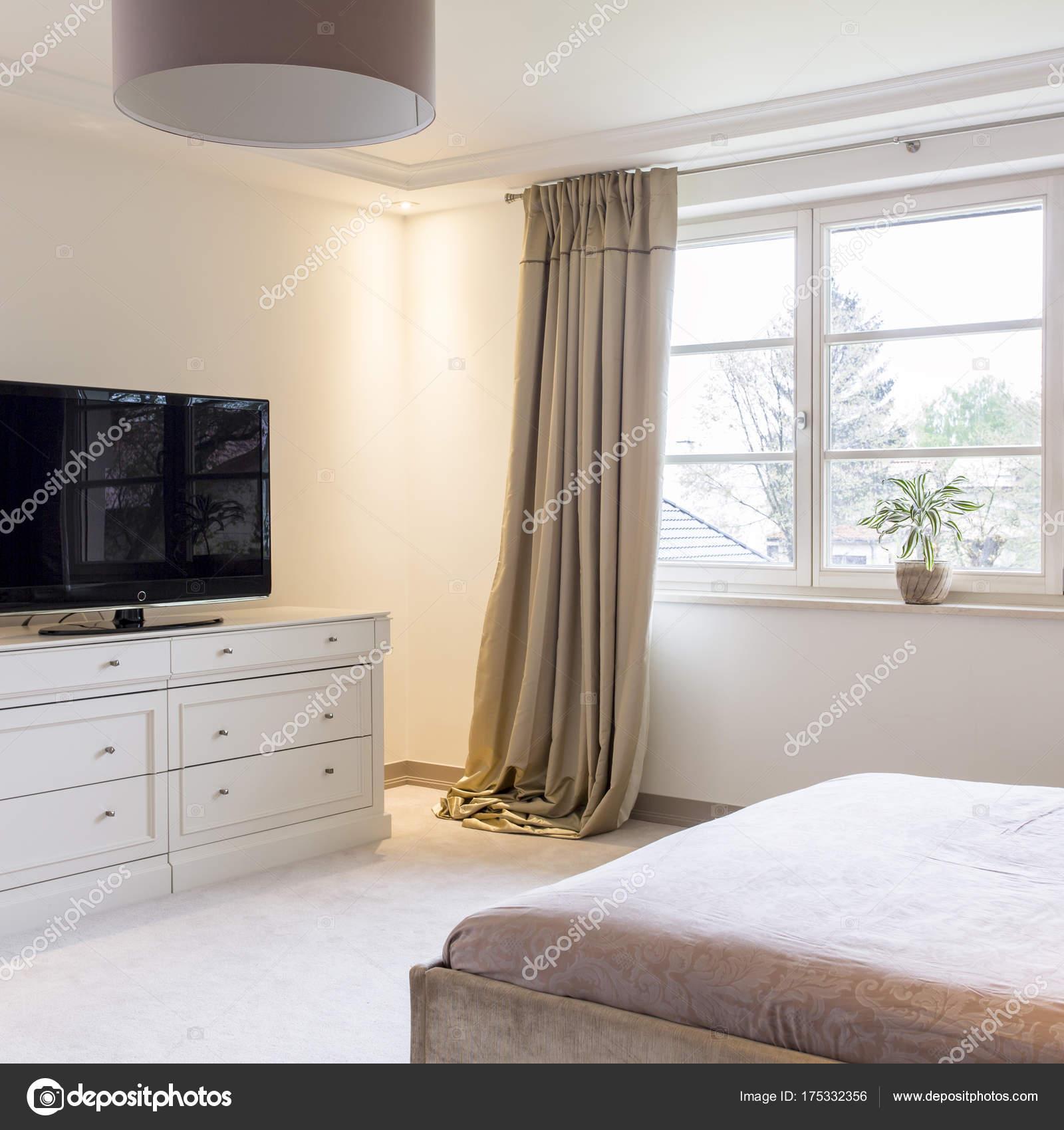 Spaziosa camera da letto luminosa con letto matrimoniale, tv — Foto ...