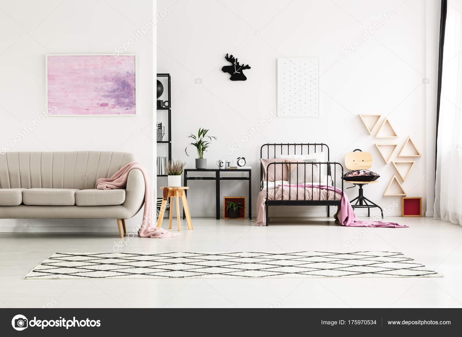 Schilderij in multifunctionele girl s slaapkamer u stockfoto