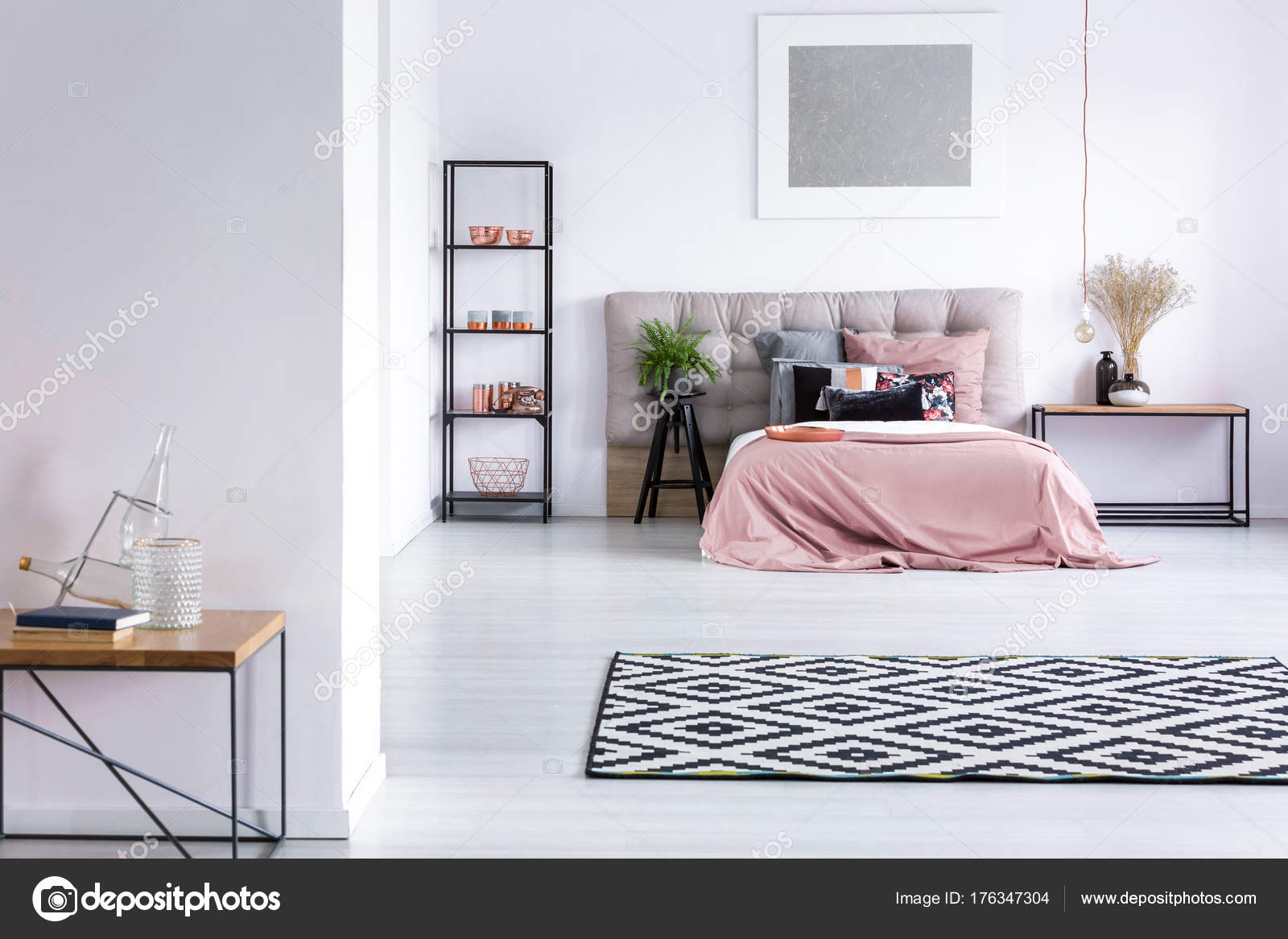 Elegante camera da letto con decorazioni di rame — Foto Stock ...