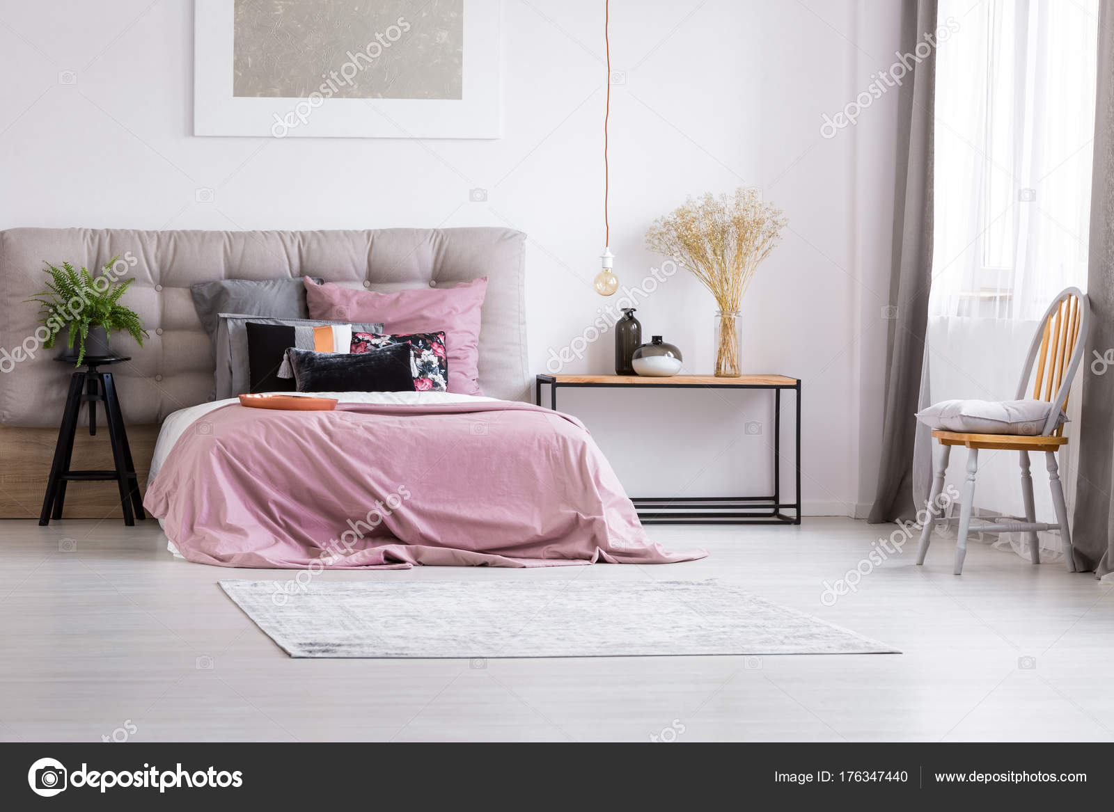 Minimalistische slaapkamer met hedendaagse verlichting u stockfoto