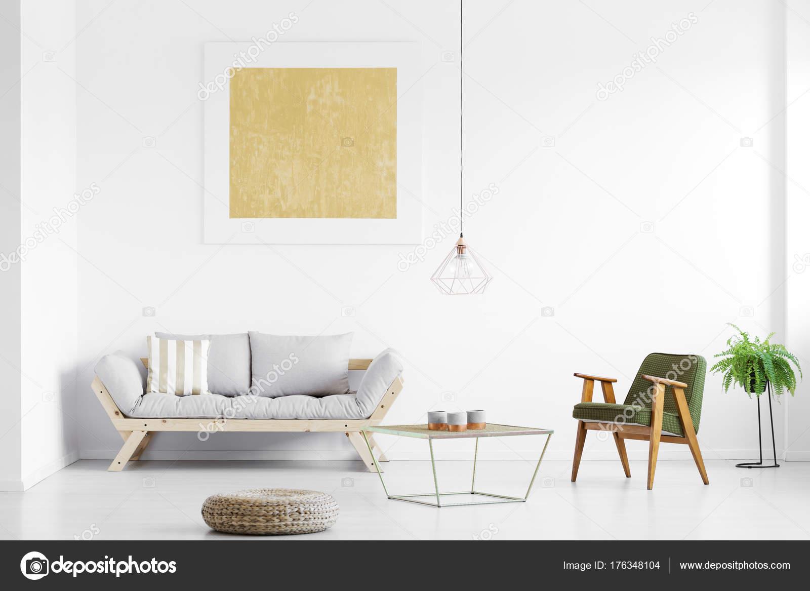 Woonkamer Grijze Bank : Rij van hoofdkussens op grijze bank met zwarte lamp in woonkamer